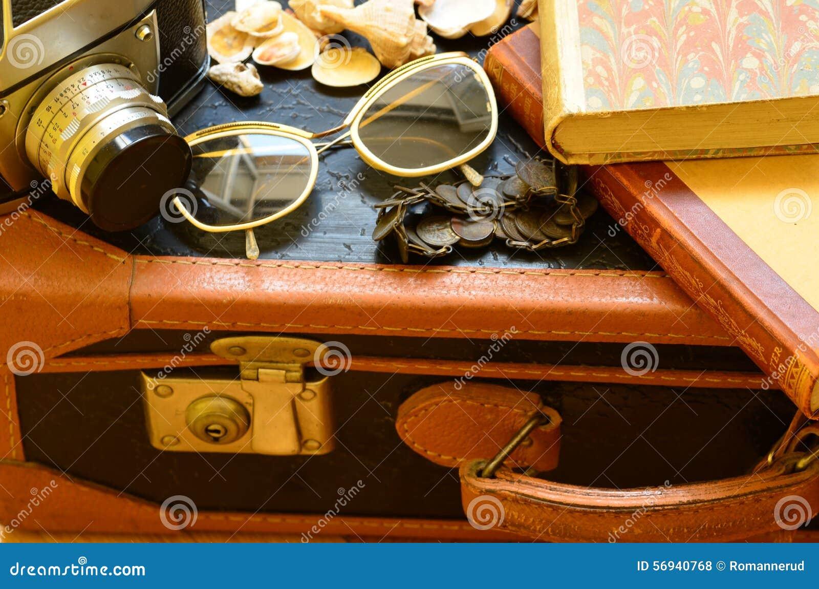 Mala De Viagem Do Vintage, Câmera, óculos De Sol, Conchas Do Mar ... 56ccfb7e84