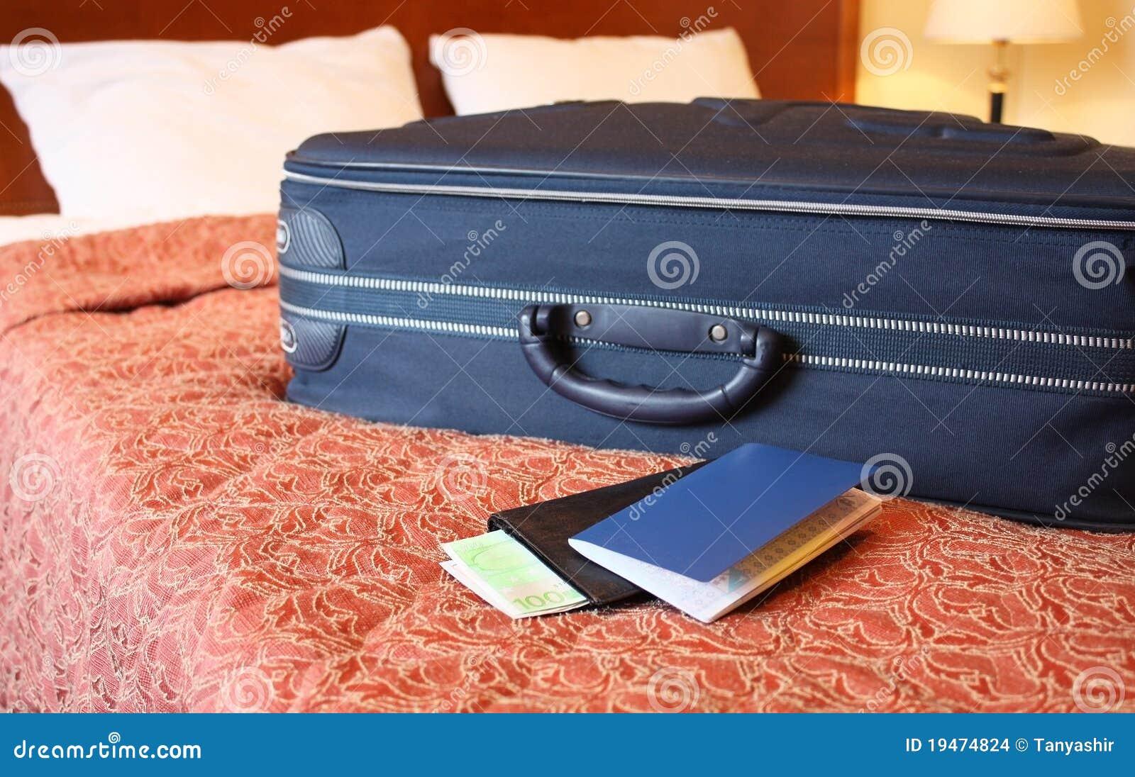 Mala de viagem, passaporte e carteira