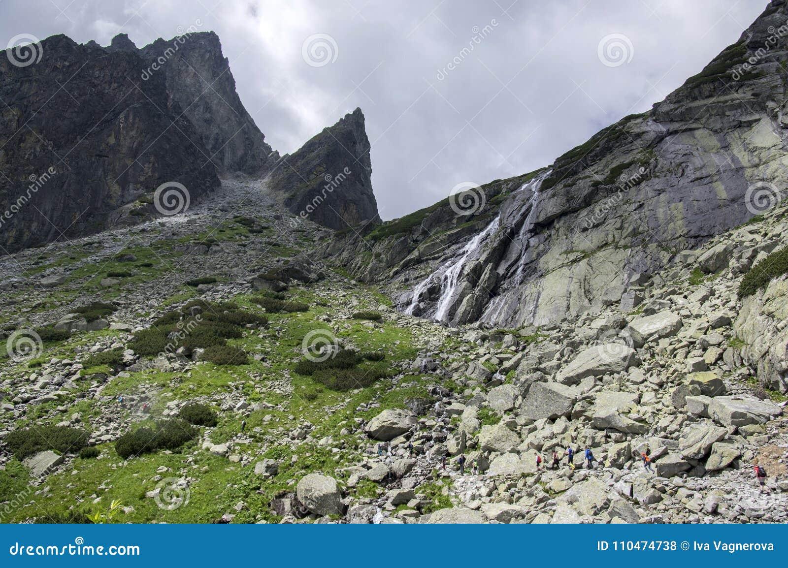 Mala studena dolina wycieczkuje ślad w Wysokim Tatras, lato turystyczny sezon, dzika natura, turystyczny ślad