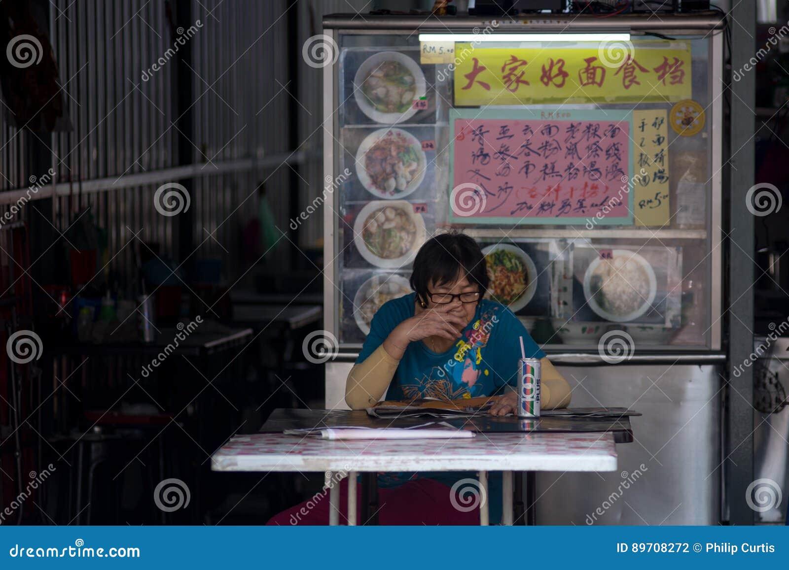 Malacca, Maleisië, de Bejaarde Aziatische die vrouw van 25/09/2016 in Chinees wordt gezeten