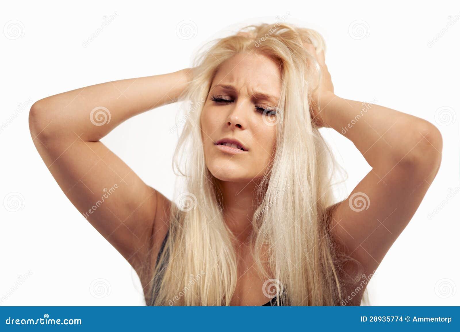 Malade de froncement de sourcils de femme d excessive pression
