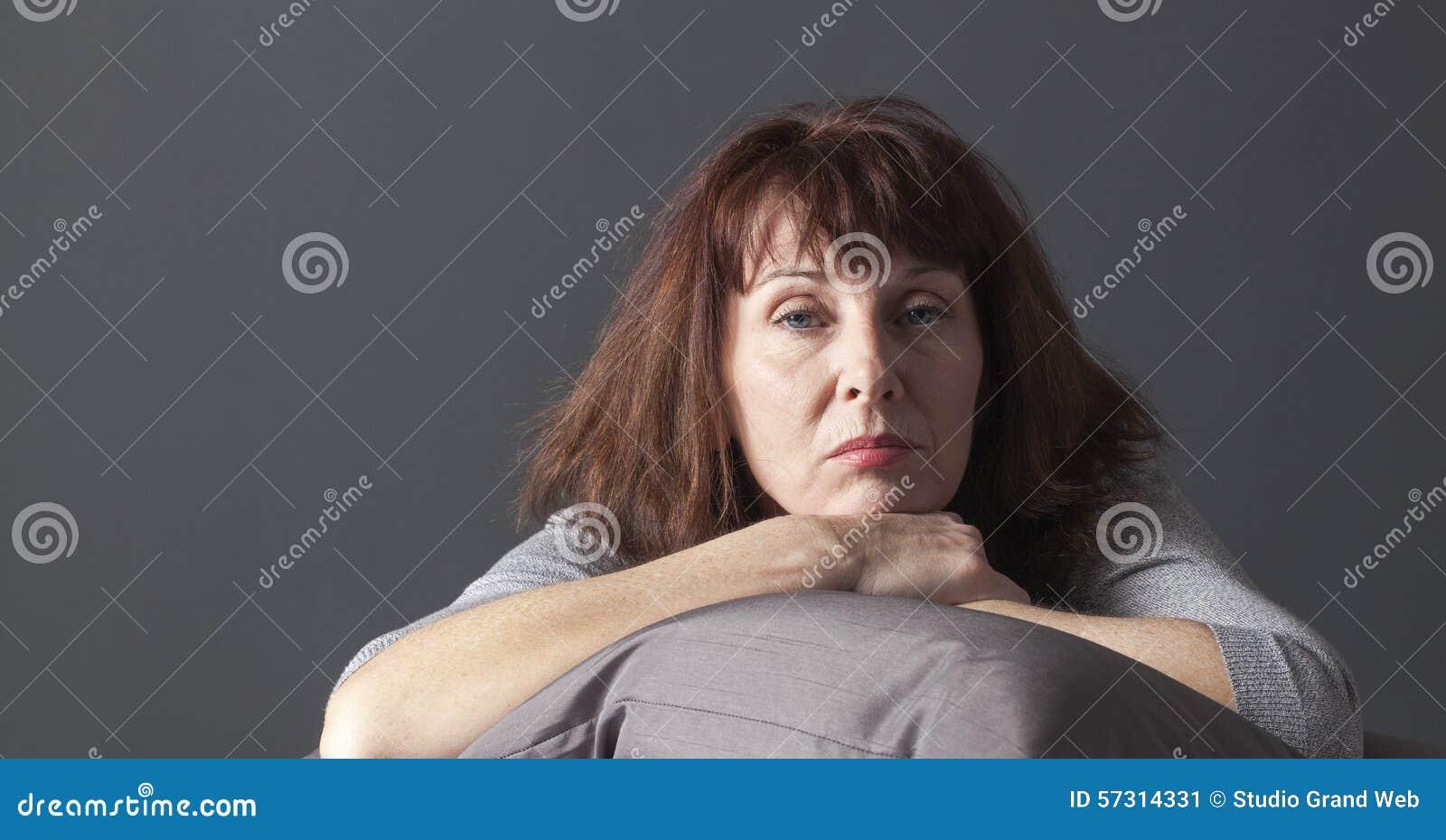 Malade supérieure de détente de femme de avoir des bleus de ménopause