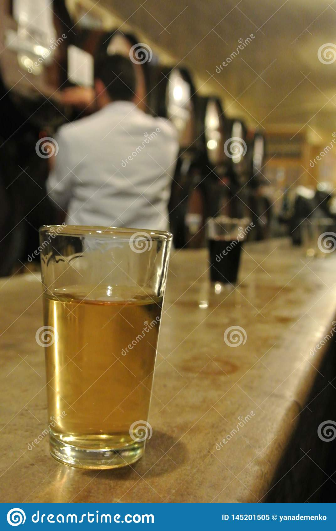 Malaga, Andalusia/Spanje - Maart 2, 2013: Een glas witte dessertwijn in de city's oudste wijnmakerij