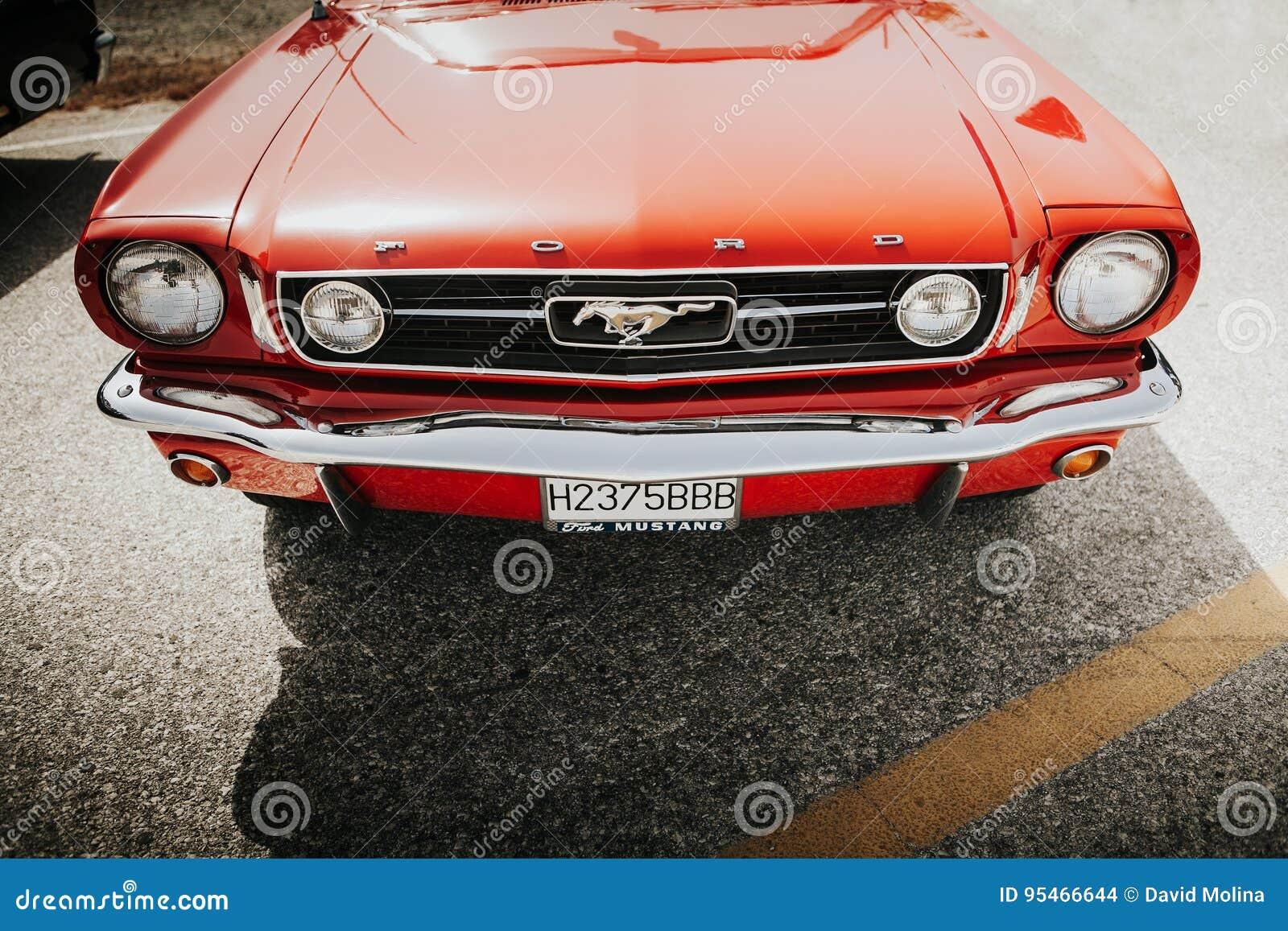 MALAGA, ESPANHA - 30 DE JULHO DE 2016: Opinião 1966 dianteira de Ford Mustang na cor vermelha, estacionada em Malaga, Espanha