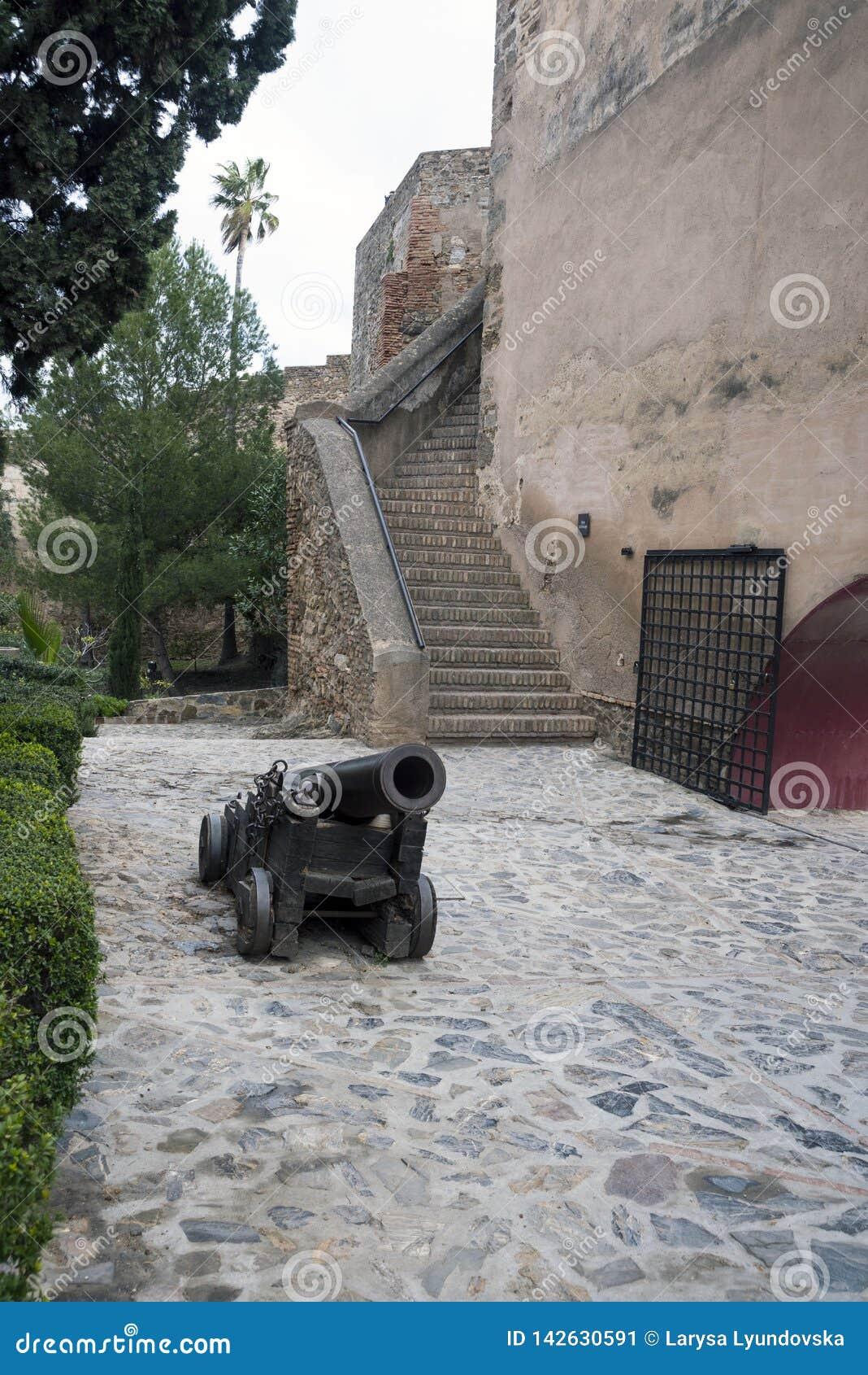 Malaga, Hiszpania, Luty 2019 Stary schody wewn?trzny podw?rze z starym dzia?em i antyczne kamienne ?ciany arab f,