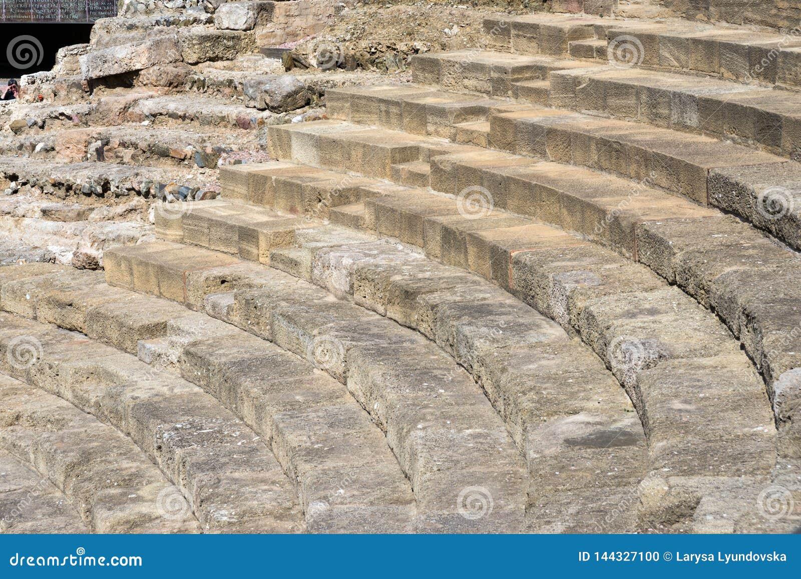 Malaga, Spain Teatro romano nas paredes do Alcazaba Etapas de pedra maciças do teatro ruína