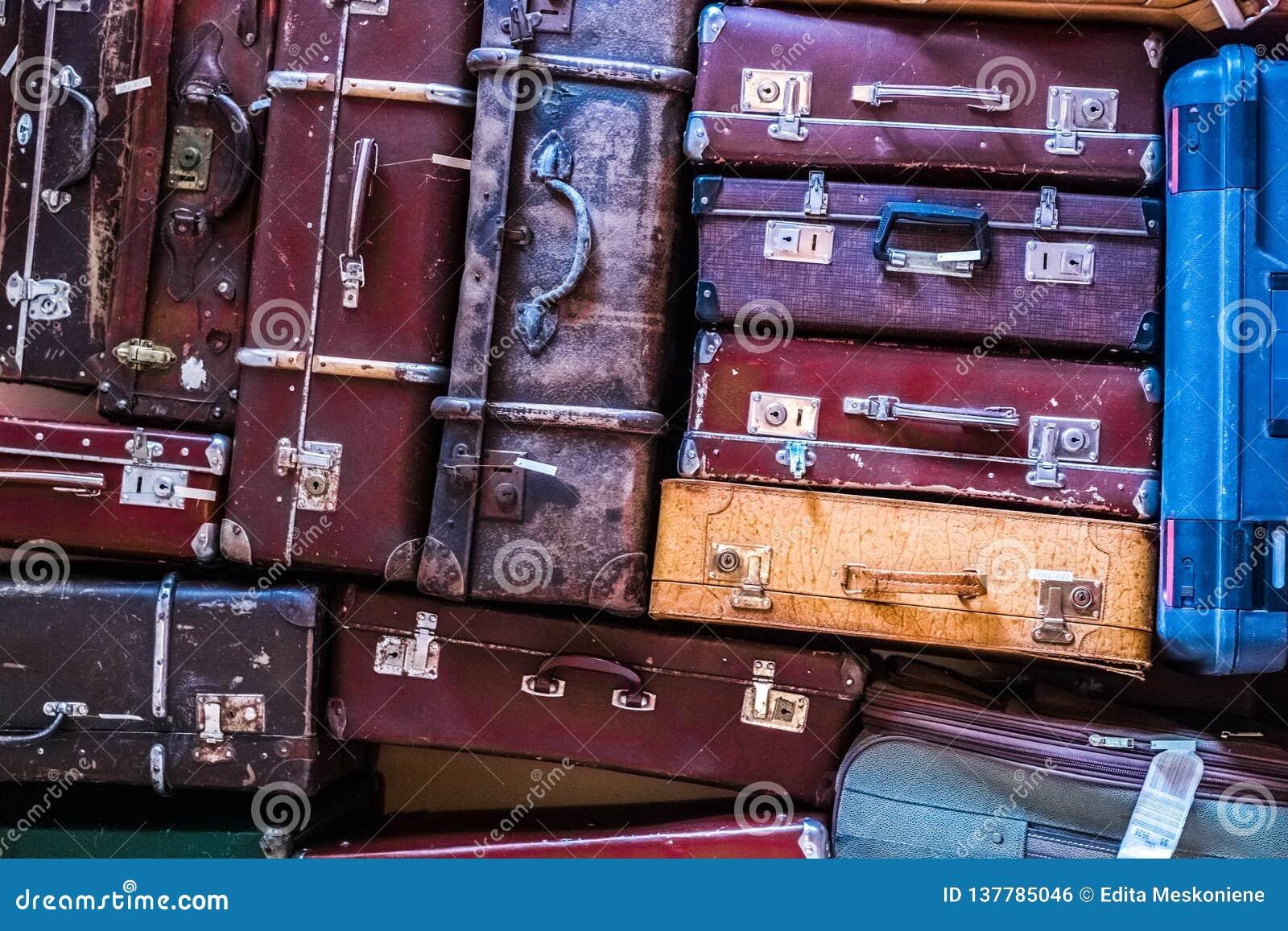 Malas de viagem velhas do vintage que estão em uma pilha
