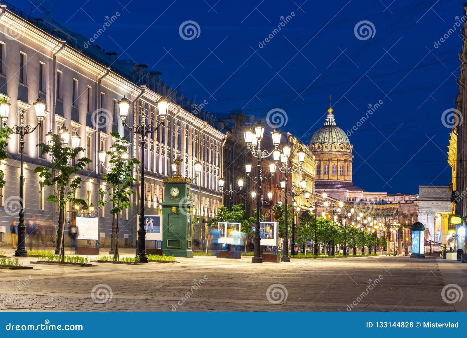 Malaya Konyushennaya ulica i Kazan katedra przy nocą, święty Petersburg, Rosja