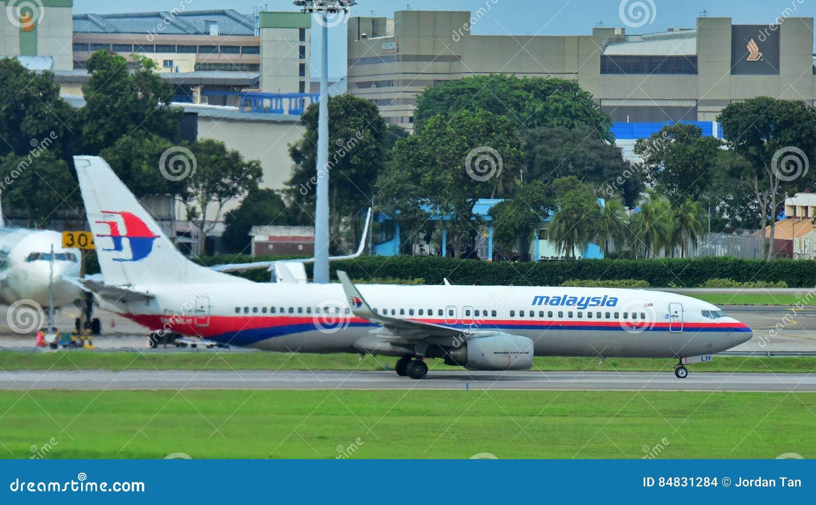 Malaysia Airlines Boeing 737 som åker taxi på den Changi flygplatsen