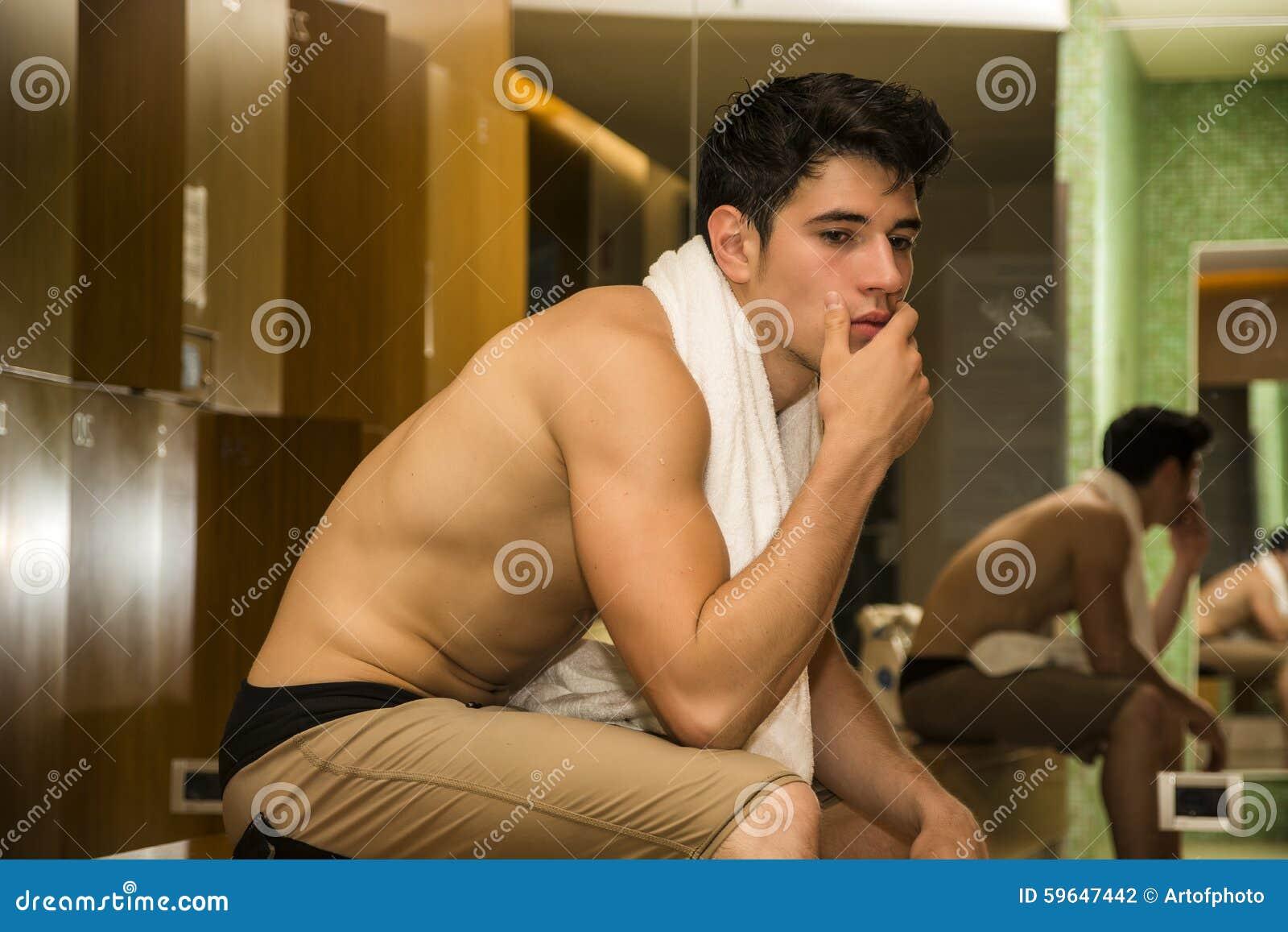Смотреть как трахаются в раздевалке, Страстный Секс В Раздевалке, Неожиданный Перепих 24 фотография