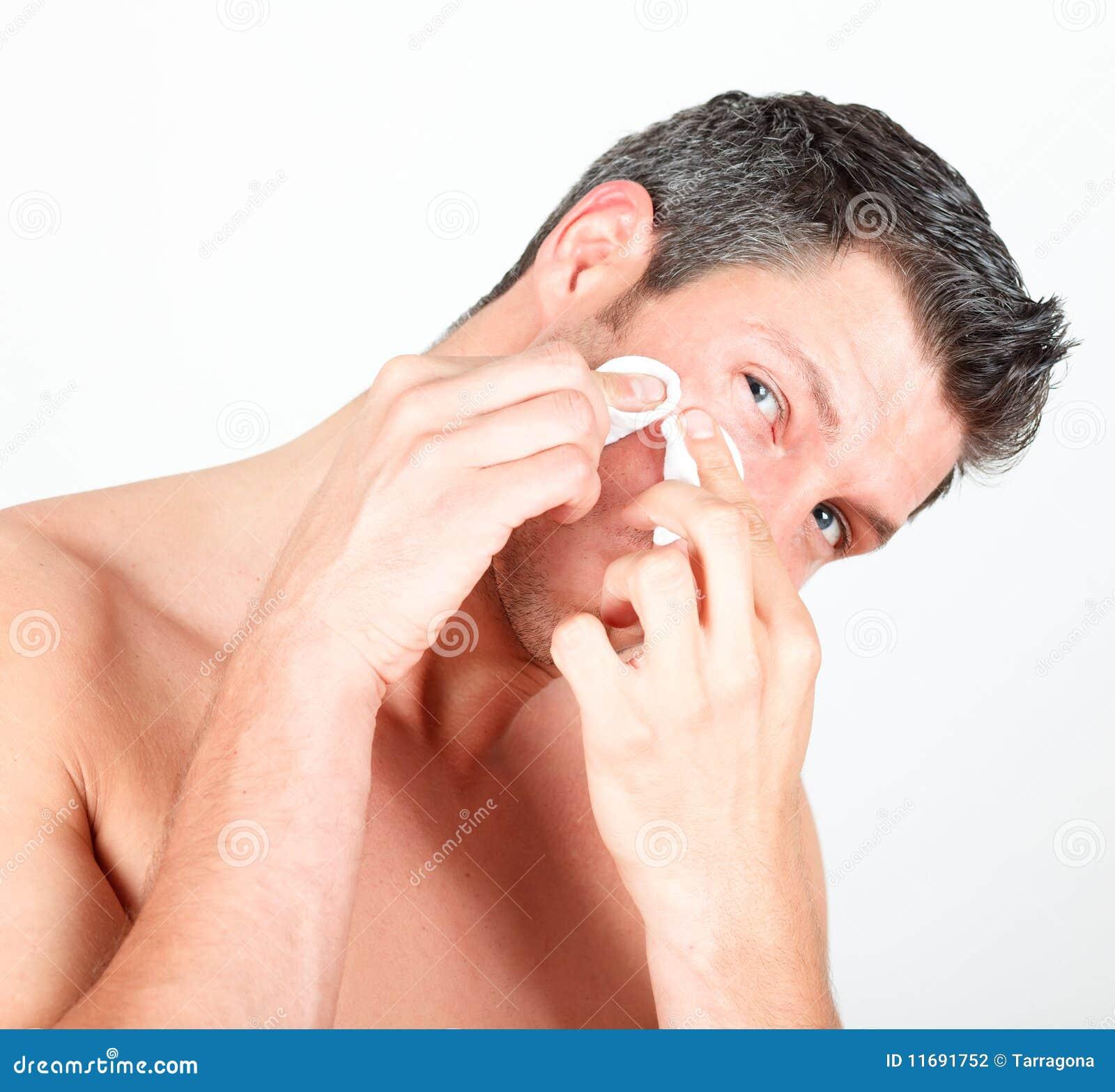 Male manlig hud för omsorgscleaningframsida