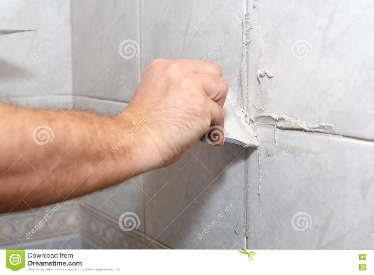Male Worker Tiling A Wall Royalty Free Stock Image