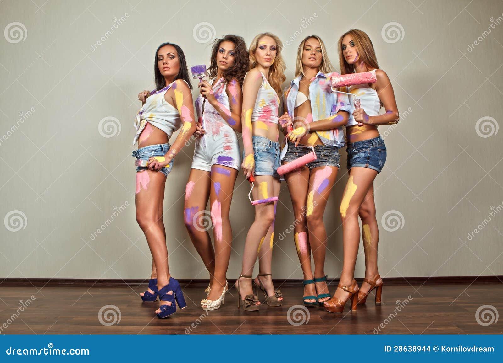 Malende Frauen mit Pinseln