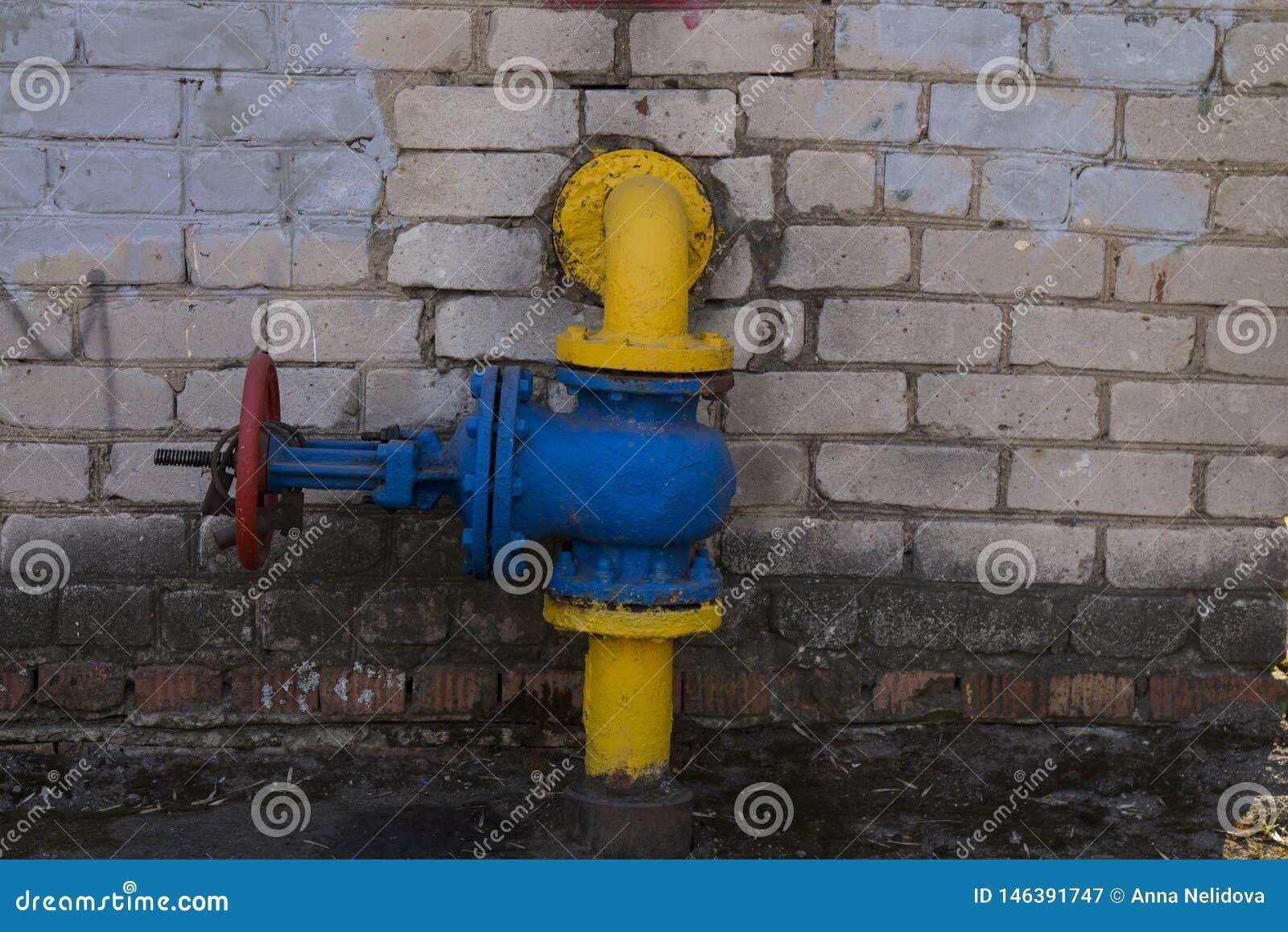 Maler blått gult rött för brandpost på tegelsten bakgrund