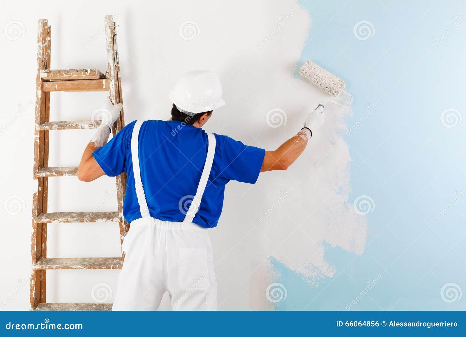 Maler Der Eine Wand Mit Farbenrolle Malt Stockfoto Bild Von Rolle