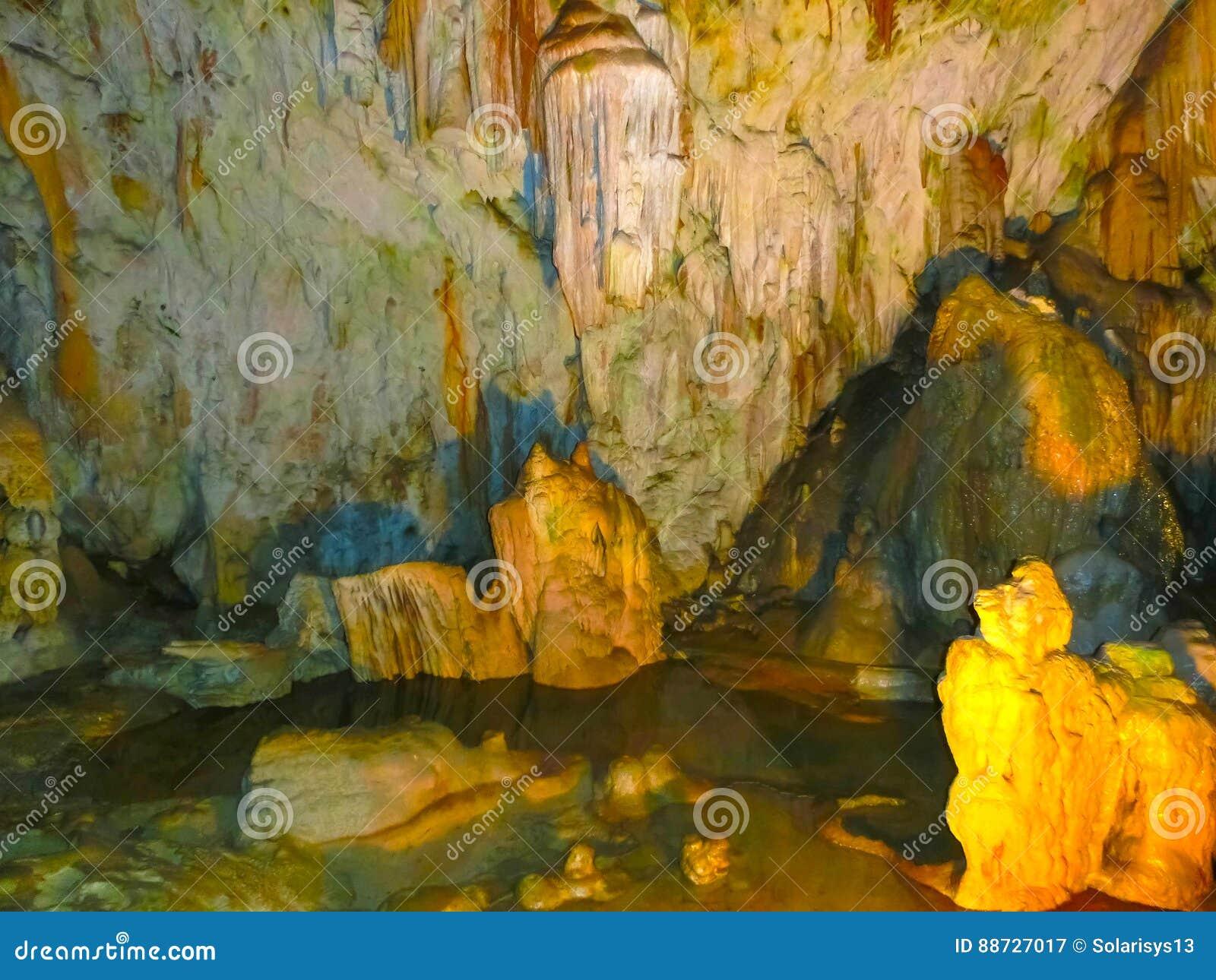Malerische Karstfunktionen belichtet in der Höhle, Postojna-grotte