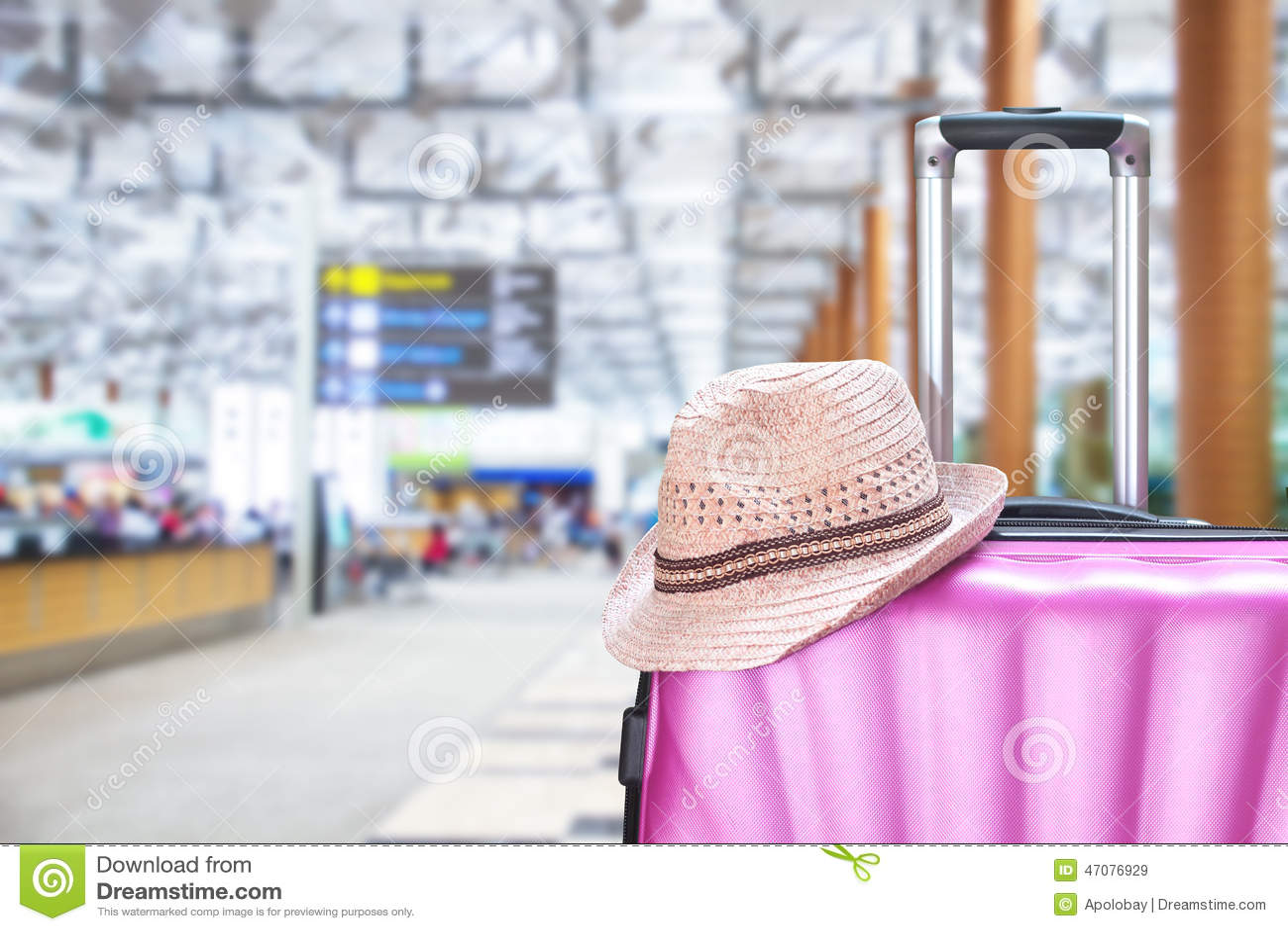 Maleta y sombrero en el aeropuerto