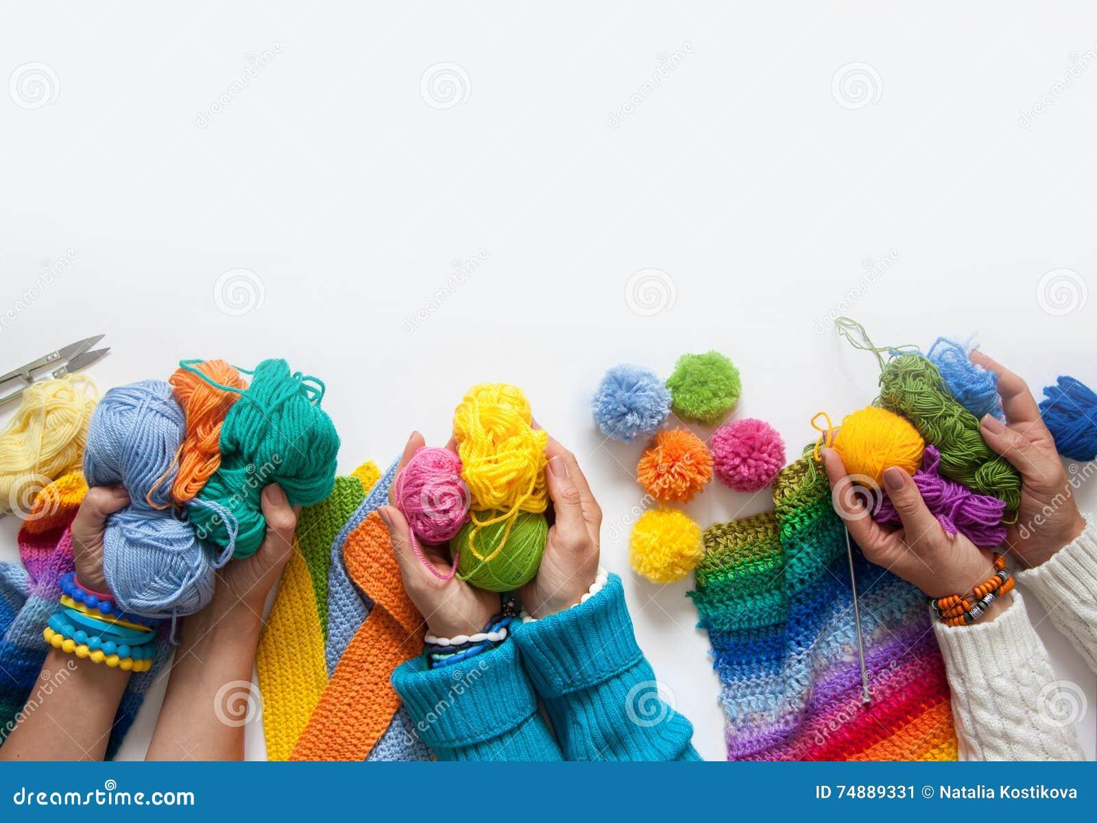 A malha das mulheres e faz crochê a tela colorida Vista de acima