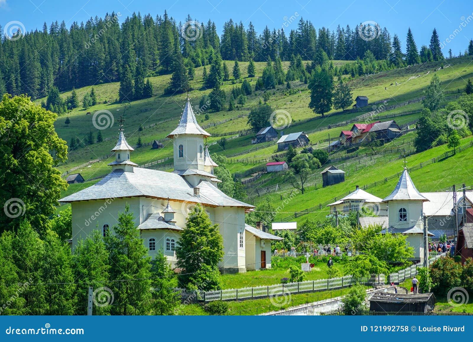 Mali domy w górze przy Pastravului wioską
