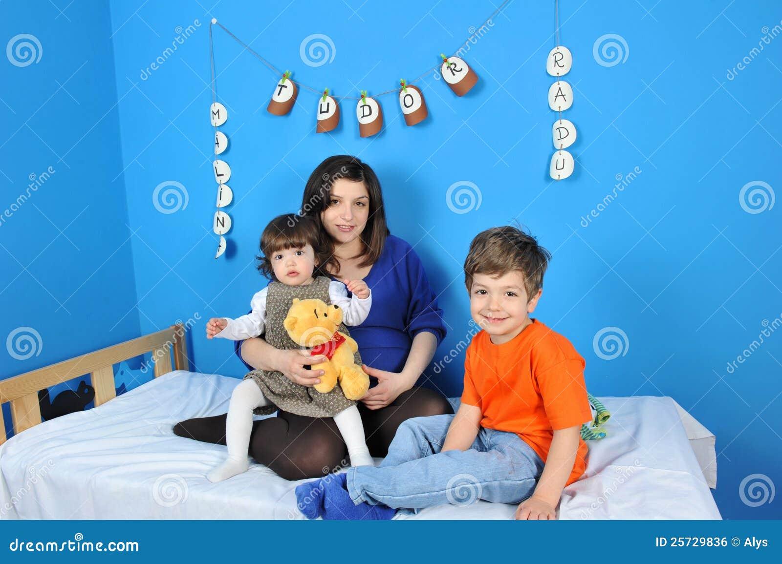 Mali dzieciaków kobieta w ciąży