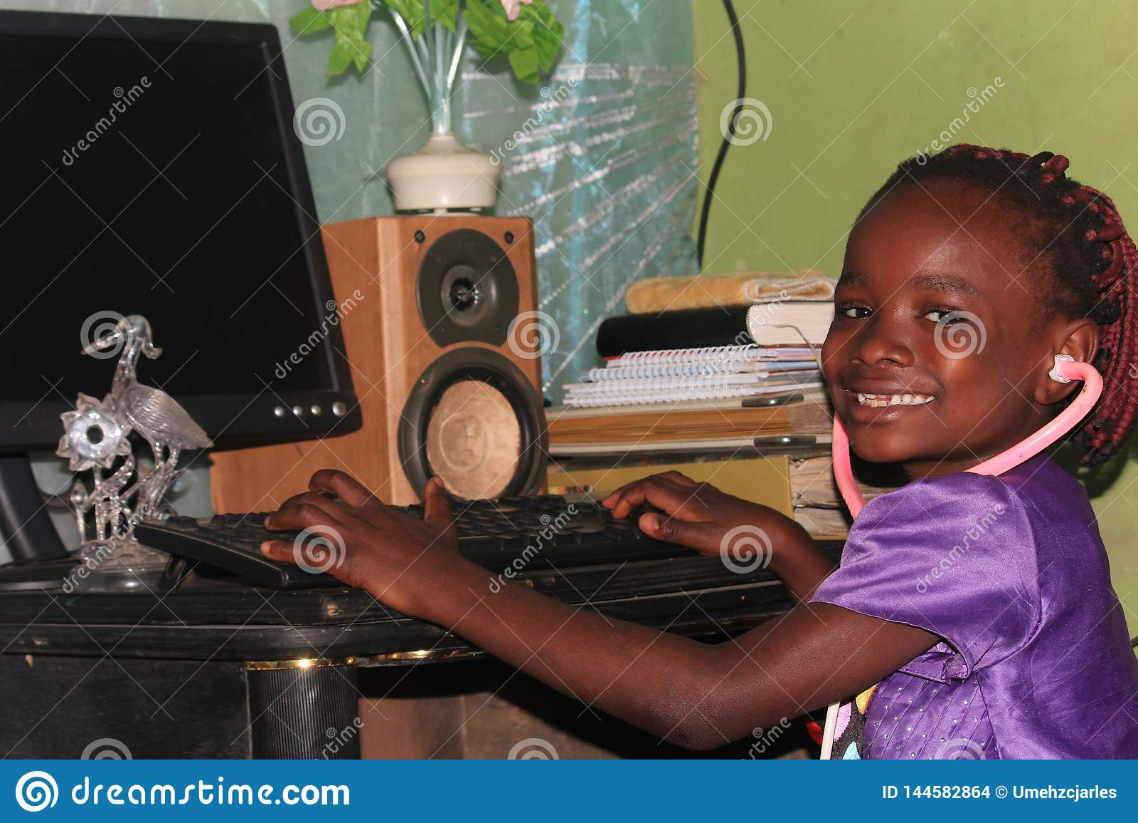 Mali Nigeryjscy dzieciaki obejmuje technologię w szkole