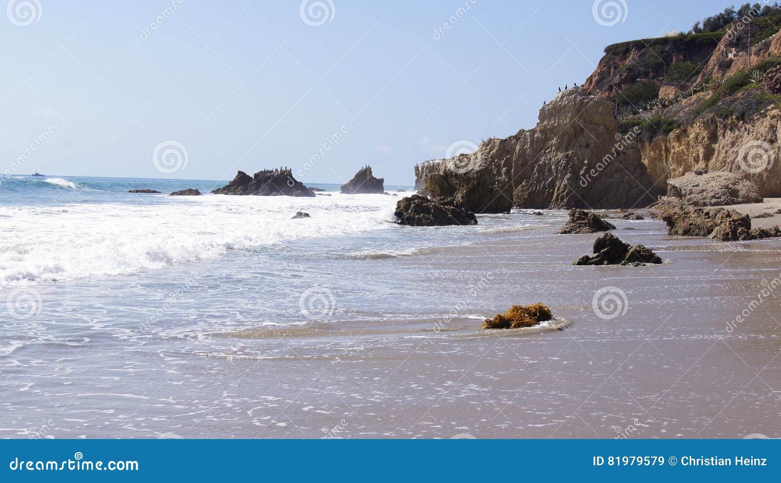 MALIBU, ESTADOS UNIDOS - 9 DE OCTUBRE DE 2014: EL hermoso y romántico Matador State Beach en California meridional
