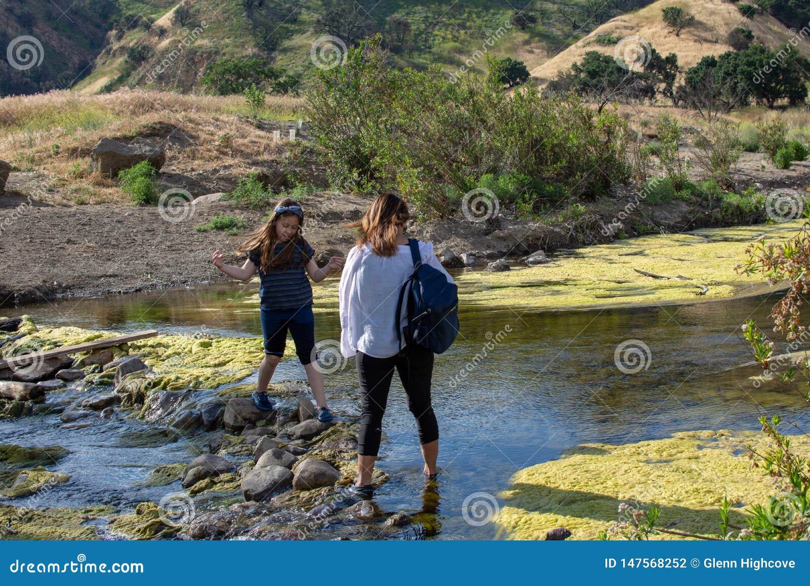 Malibu zatoczki stanu park CA Stany Zjednoczone, Maj 5, -, 2019: Tury?ci i wycieczkowicze przy Malibu zatoczki stanu parkiem w wi