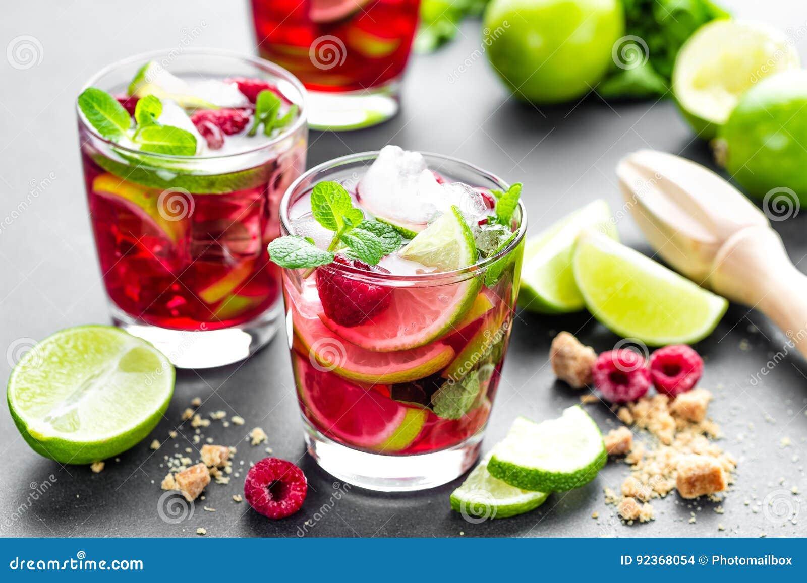 Malinowy mojito koktajl z wapnem, mennica, lód, zimno, lukrowy odświeżenie napój i napoju zbliżenie,