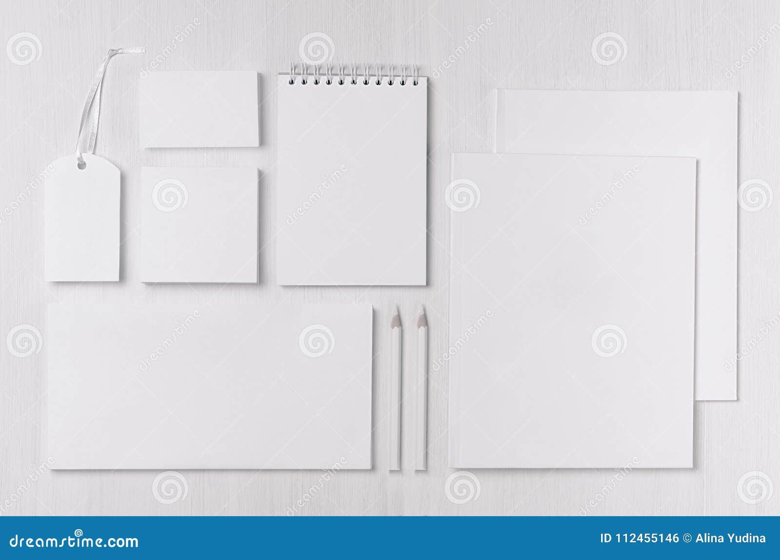 Mall för företags identitet med den svarta uppsättningen för vitbokbrevpapper på det wood brädet för mjuk vit elegans