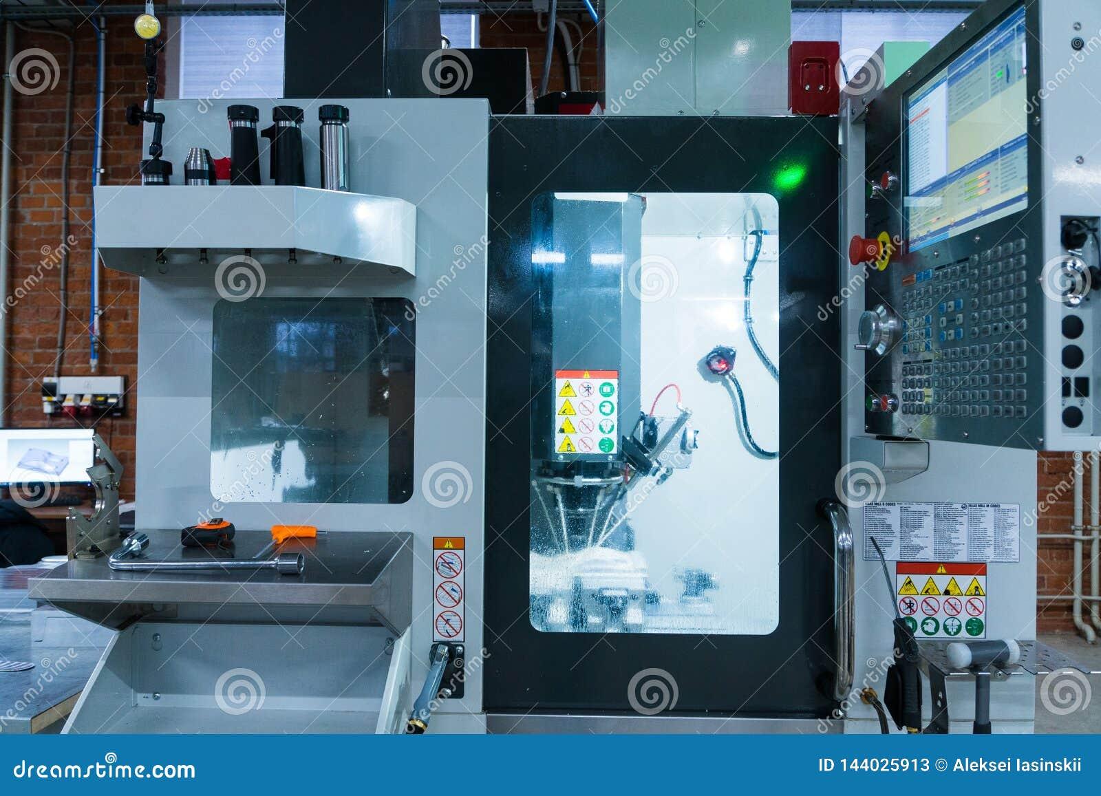 Malningmetalworkingprocess Industriell CNC-metall som bearbetar med maskin vid lodlinje, maler