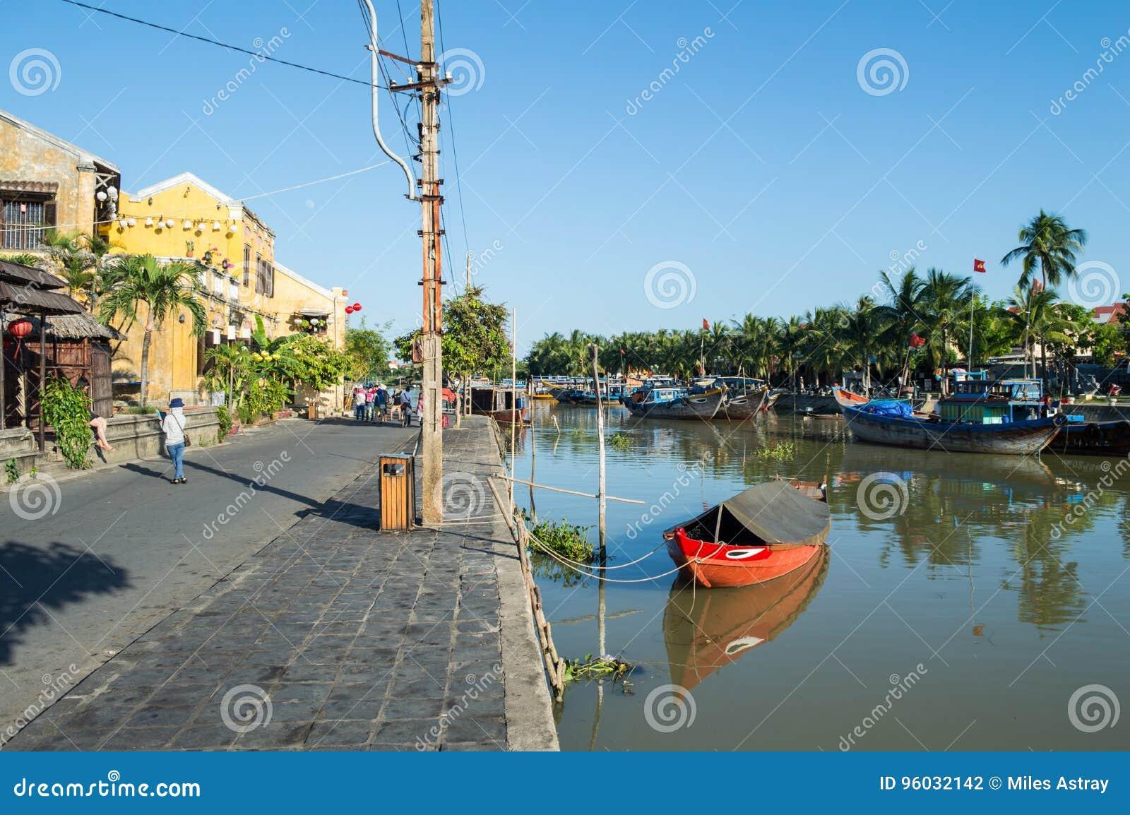 Malownicza ulica, rzeka i łodzie w Hoi, Wietnam