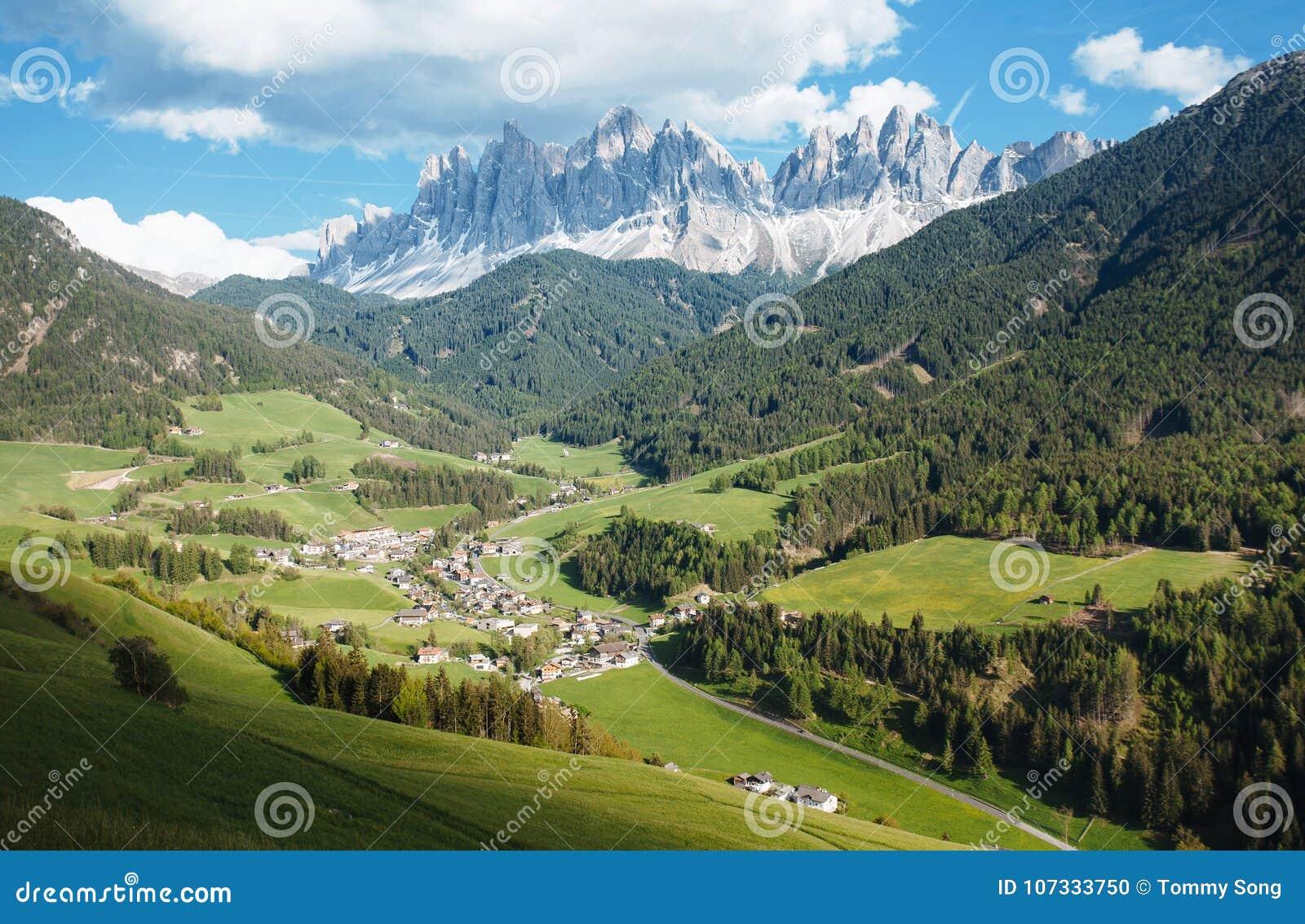Malownicza wioska w dolomitu Val di Funes
