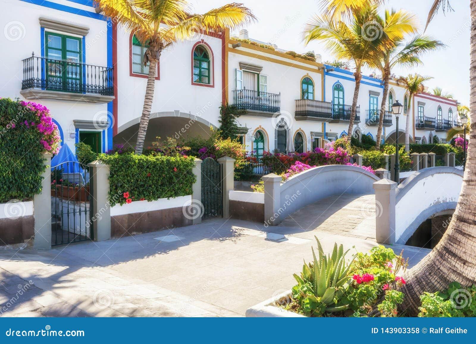 Malownicze ulicy przy schronieniem Puerto De Mogan