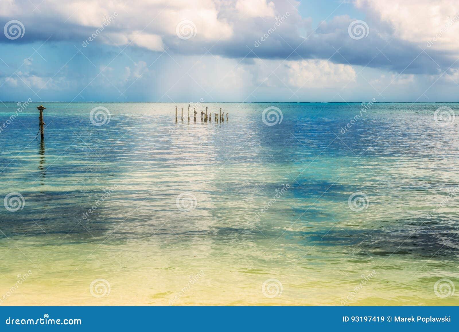 Malowniczy morze karaibskie krajobrazu widok od Caye doszczelniacza islan