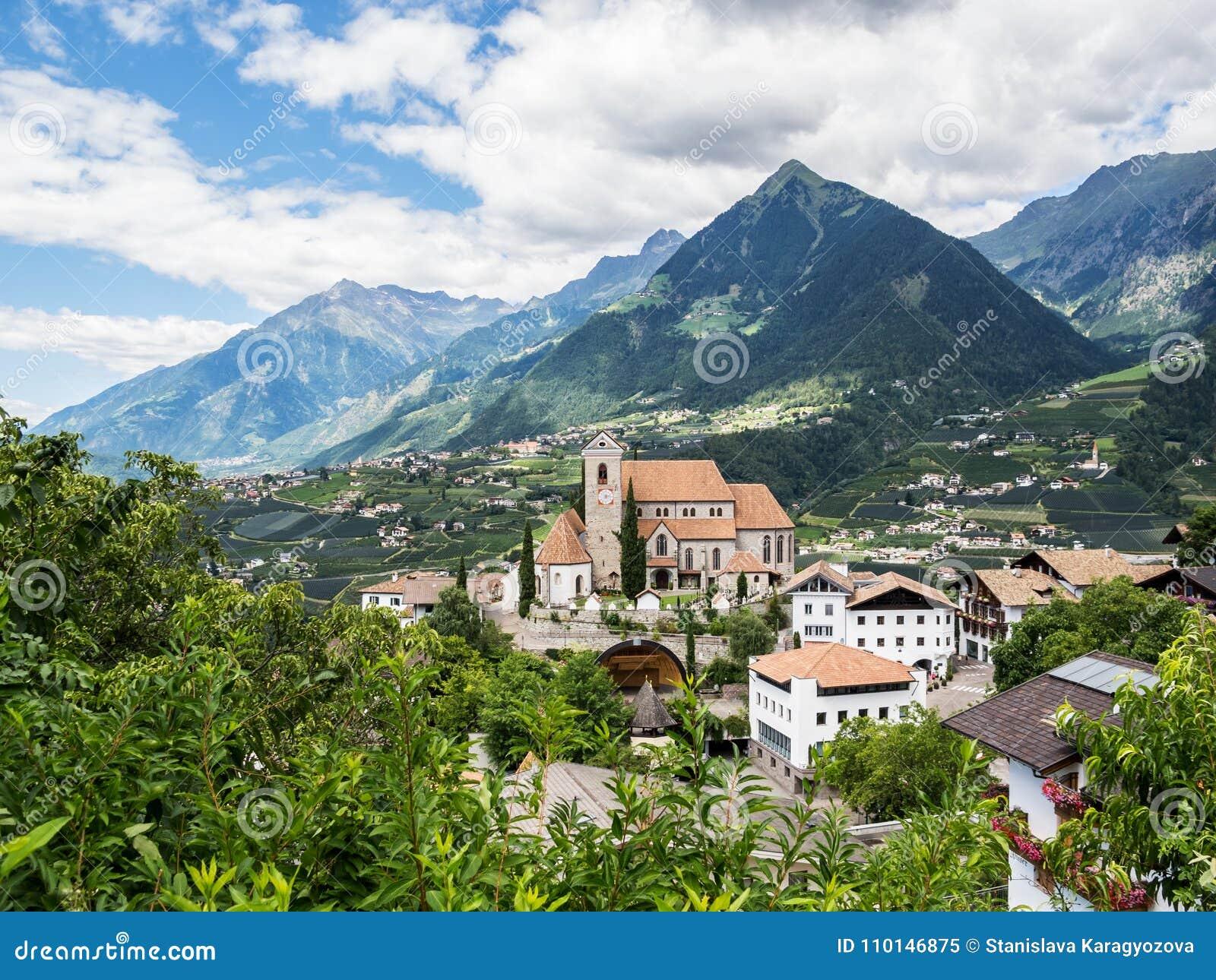 Malowniczy podwyższony widok Scena Merano, Włochy, -