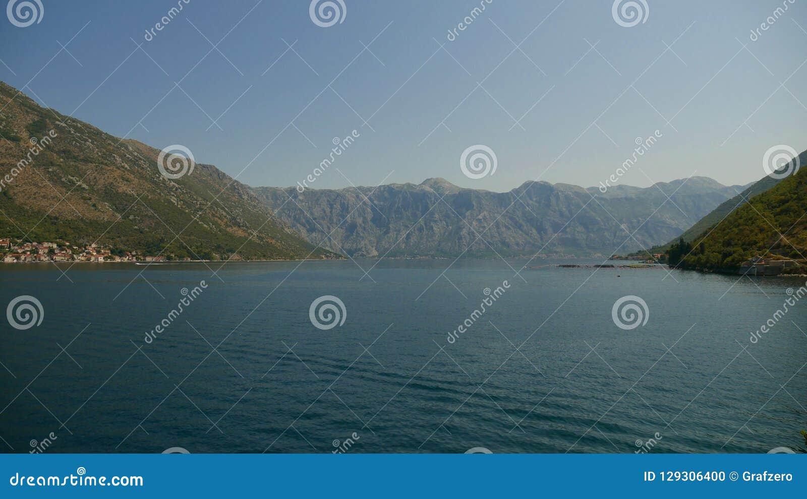 Malowniczy widok wody zatoka Kotor i hig