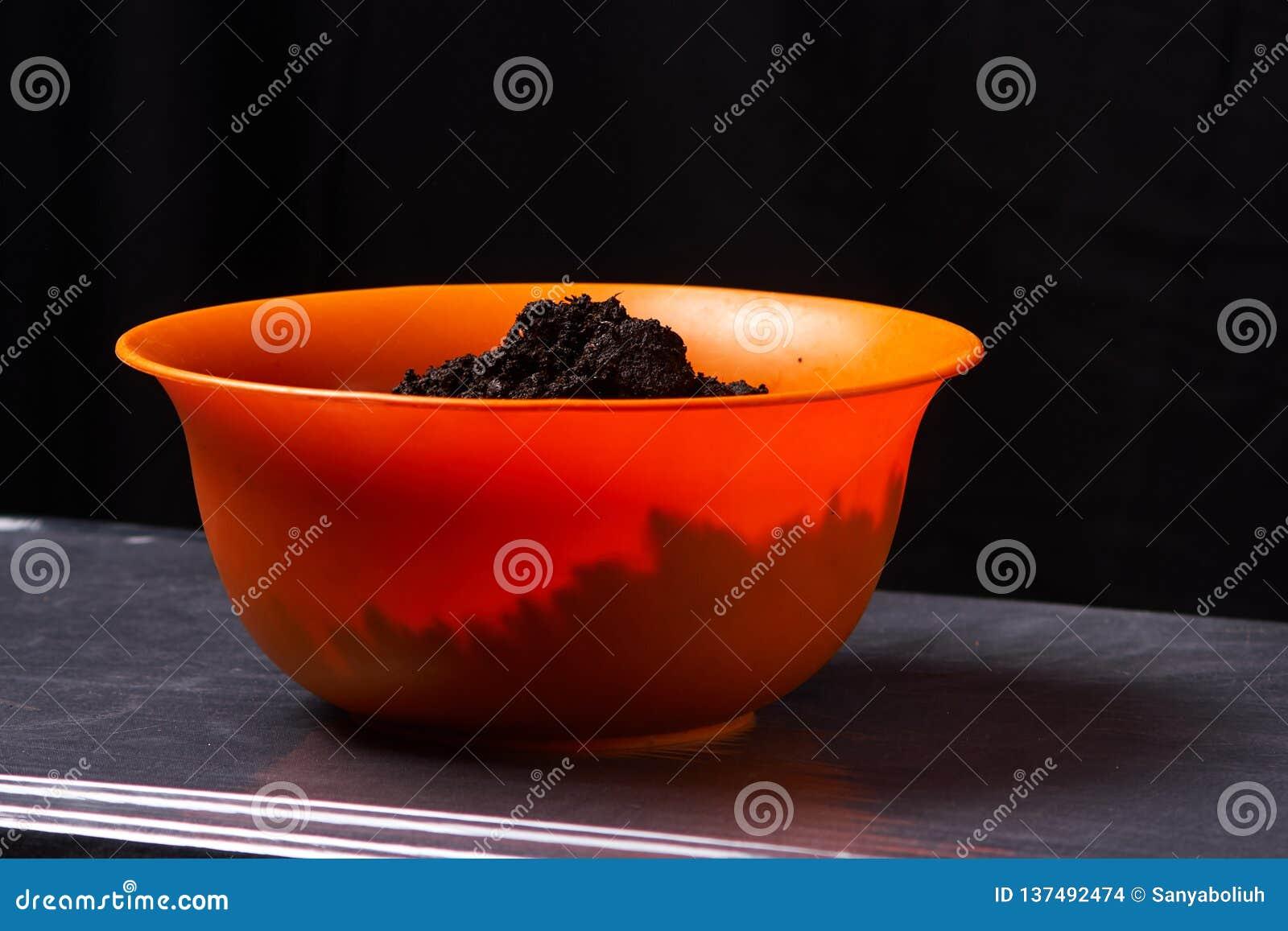 Malt för växtslut upp i orange behållare Selektivt fokusera