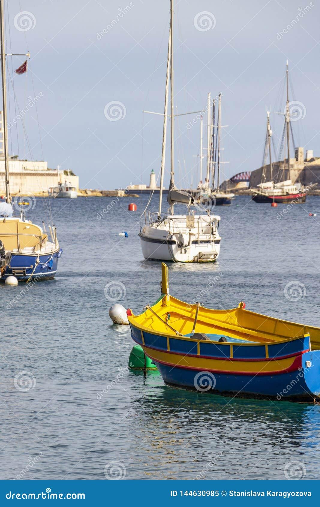 Maltańska Luzzu łódź przy Sliema zatoczką, Malta