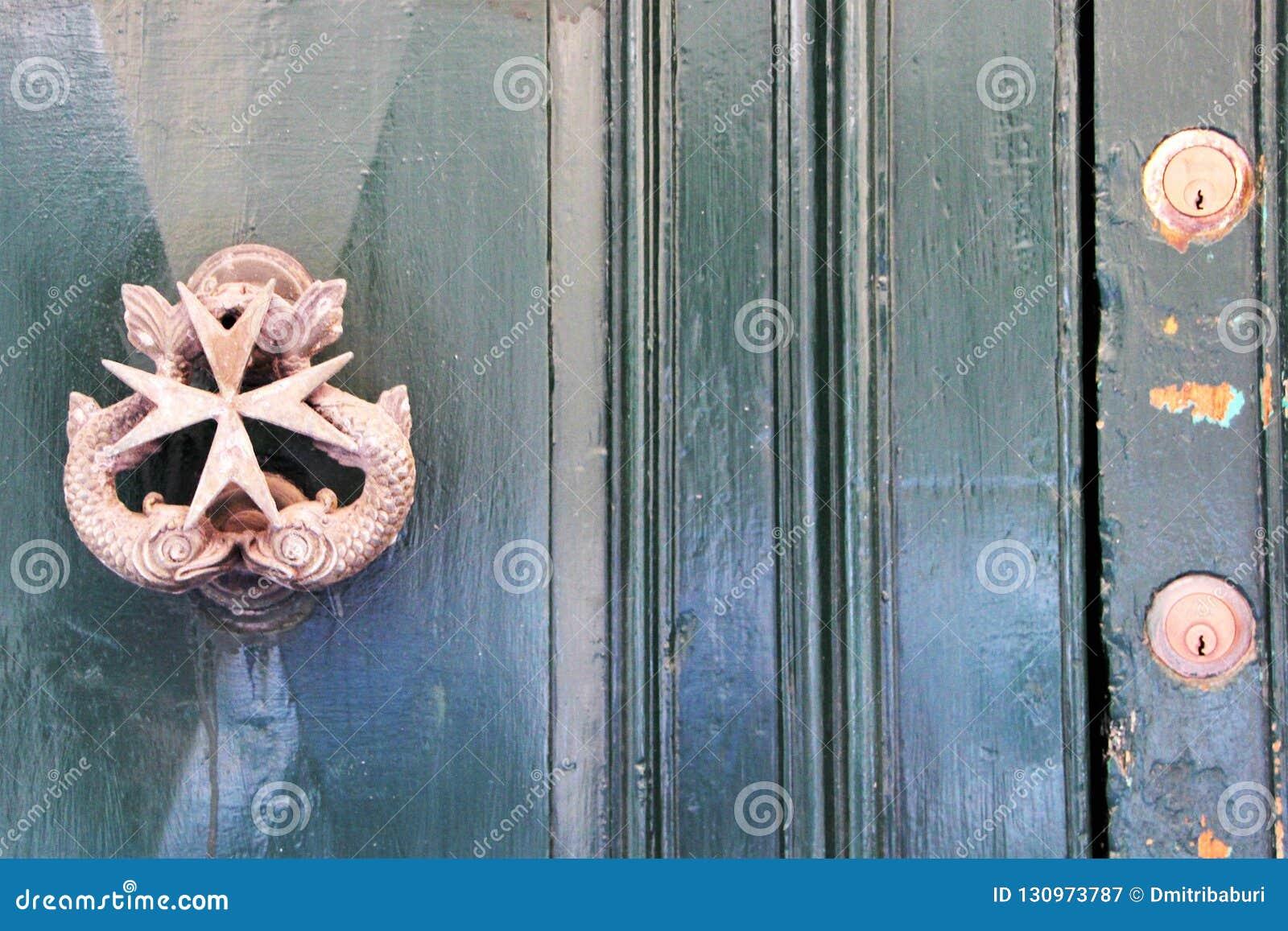 Malta botão de porta antigo bonito da rua de Valletta do agosto de 2015