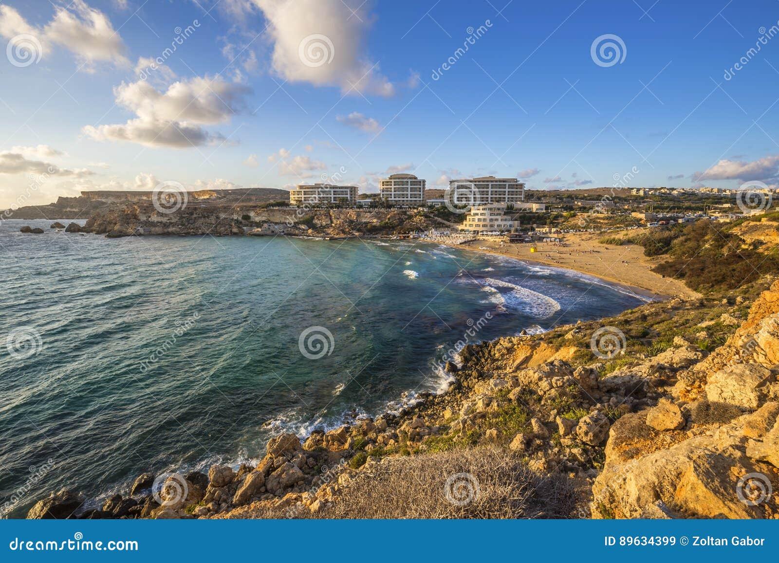 Malta - Złota zatoka, Malta ` s najwięcej pięknej piaskowatej plaży przy zmierzchem