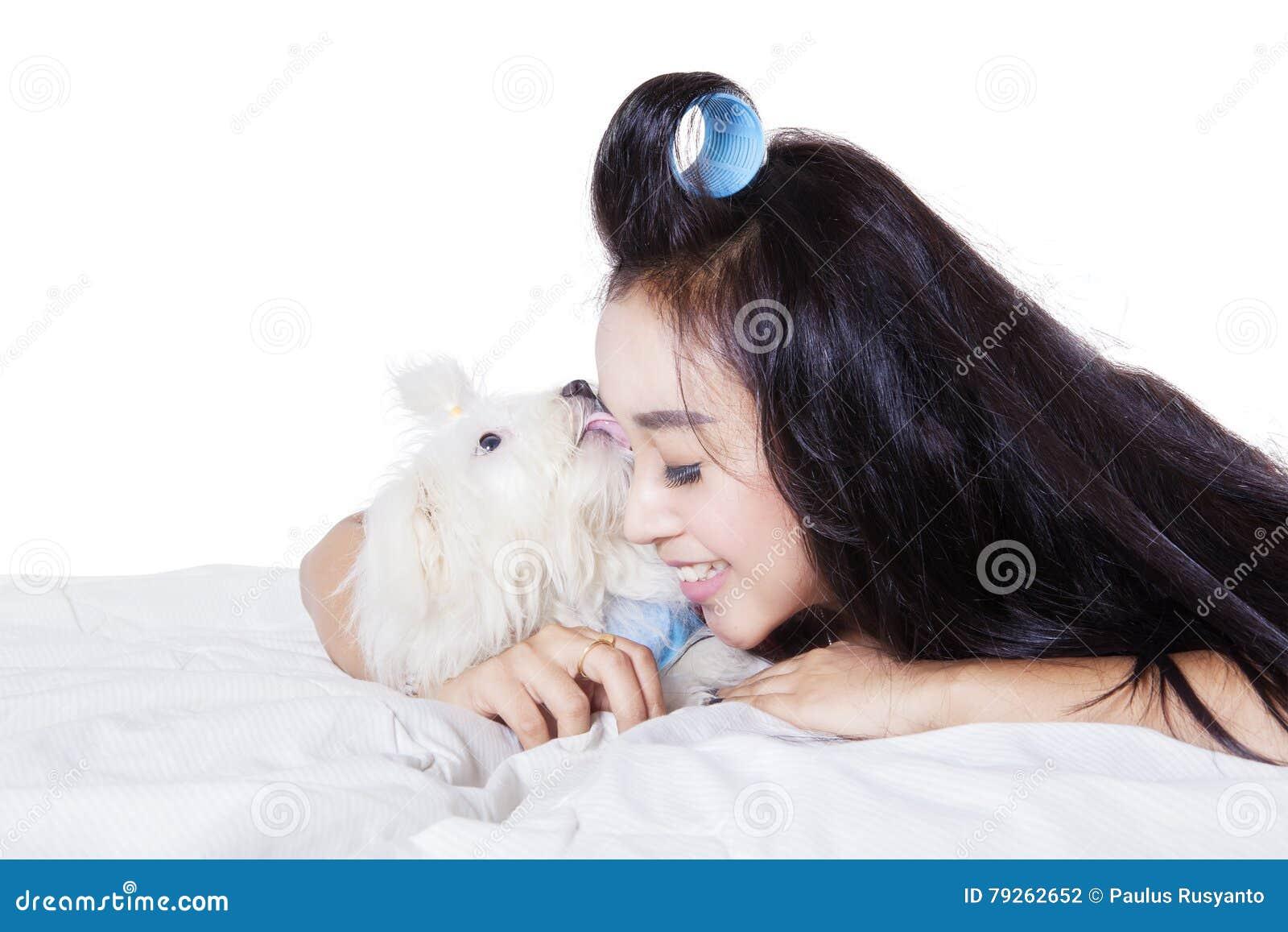frau leckt hund