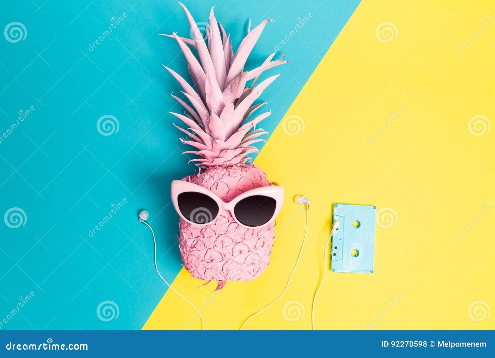 Malujący ananas z okularami przeciwsłonecznymi