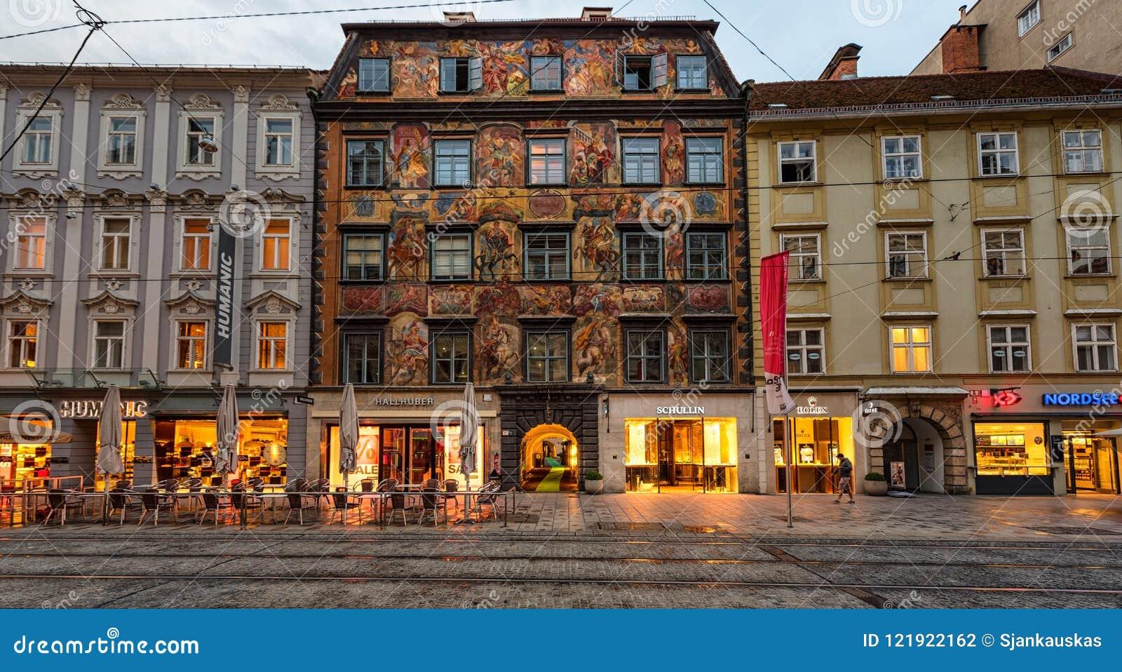 Malujący dom w dziejowym centrum miasta Graz przy zmierzchem, Austria