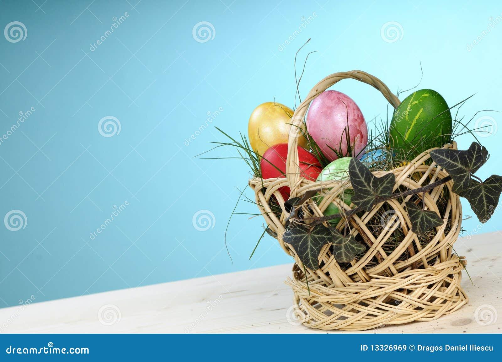 Malujący Easter koszykowi jajka