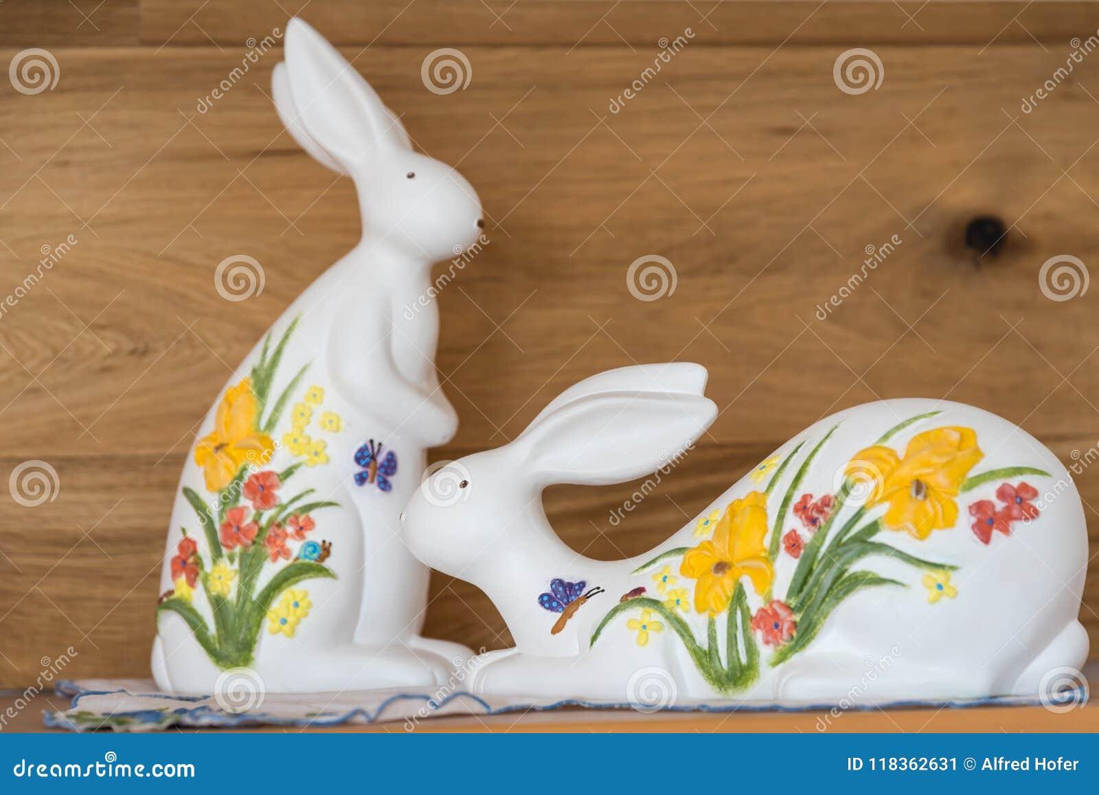 Malujący Easter króliki jako dekoracja