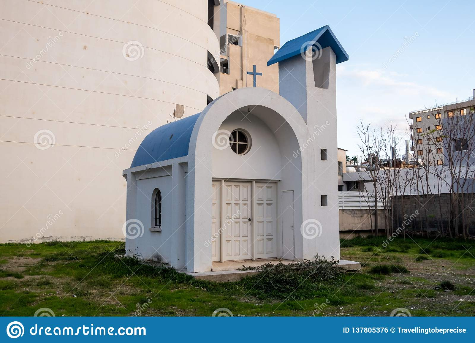 Malutki kościół, zagradzający od widoku