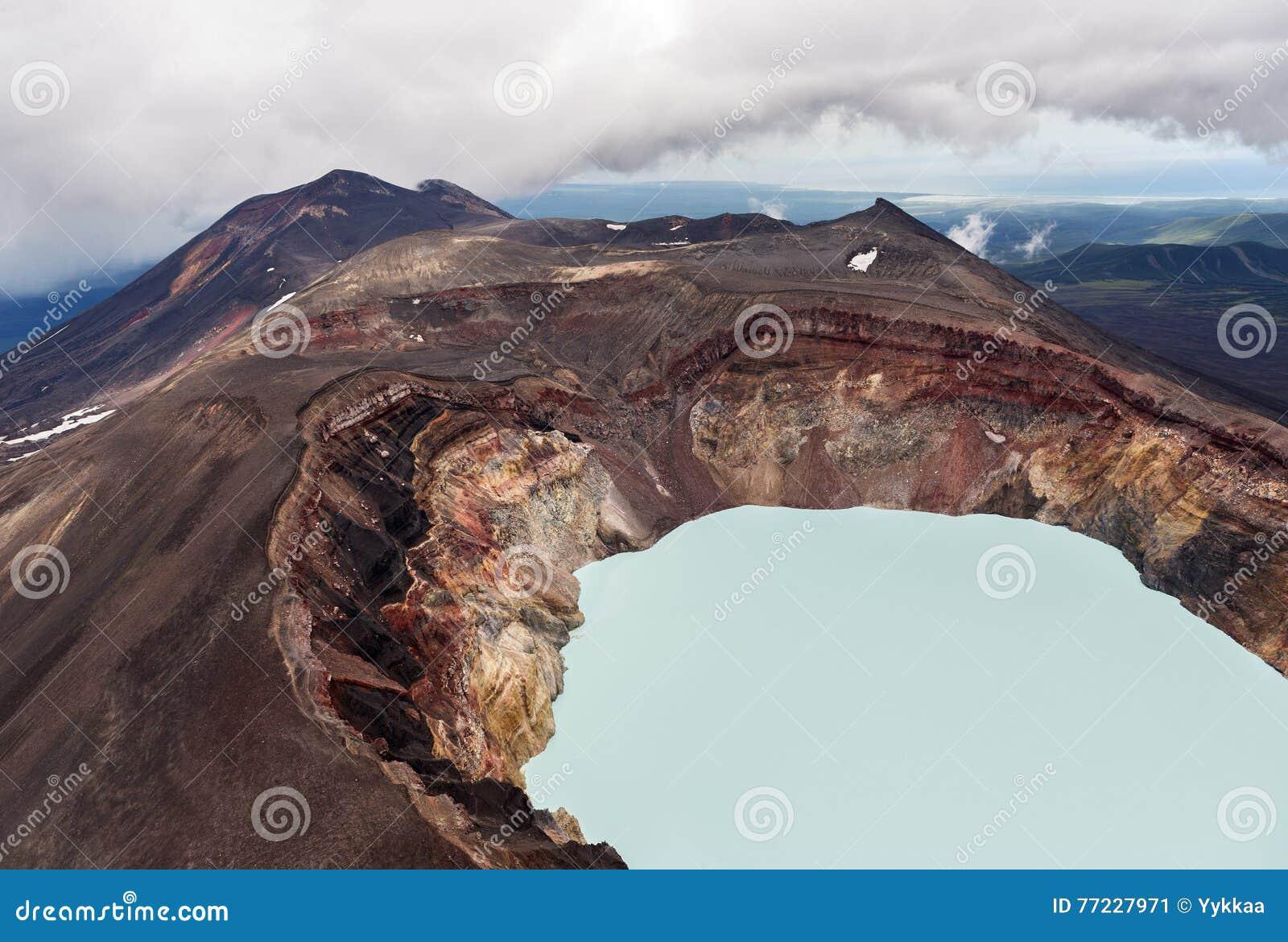 Maly Semyachik is een stratovolcano met zuurrijk kratermeer Kronotskynatuurreservaat op het Schiereiland van Kamchatka