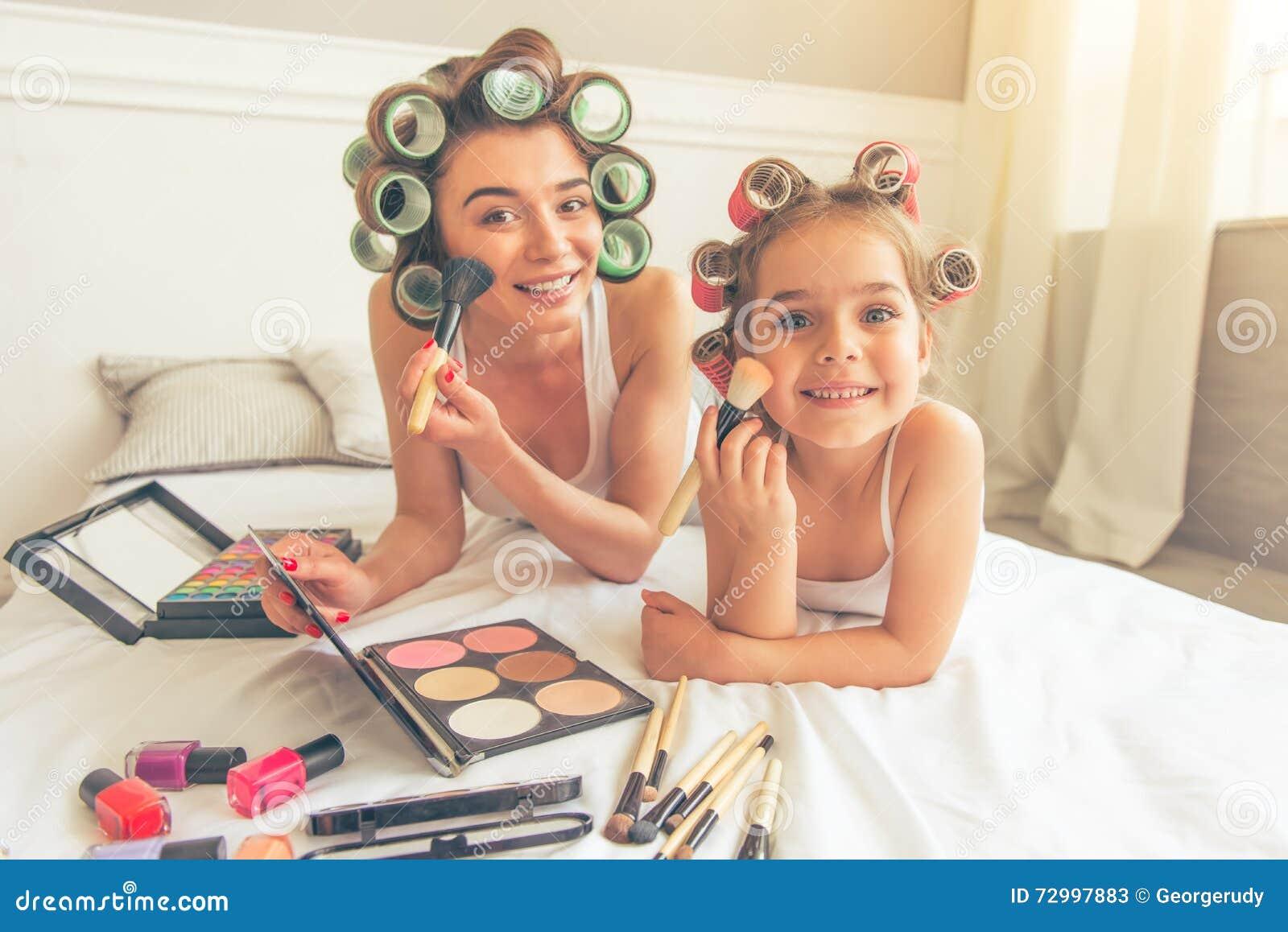 Mamá e hija en casa