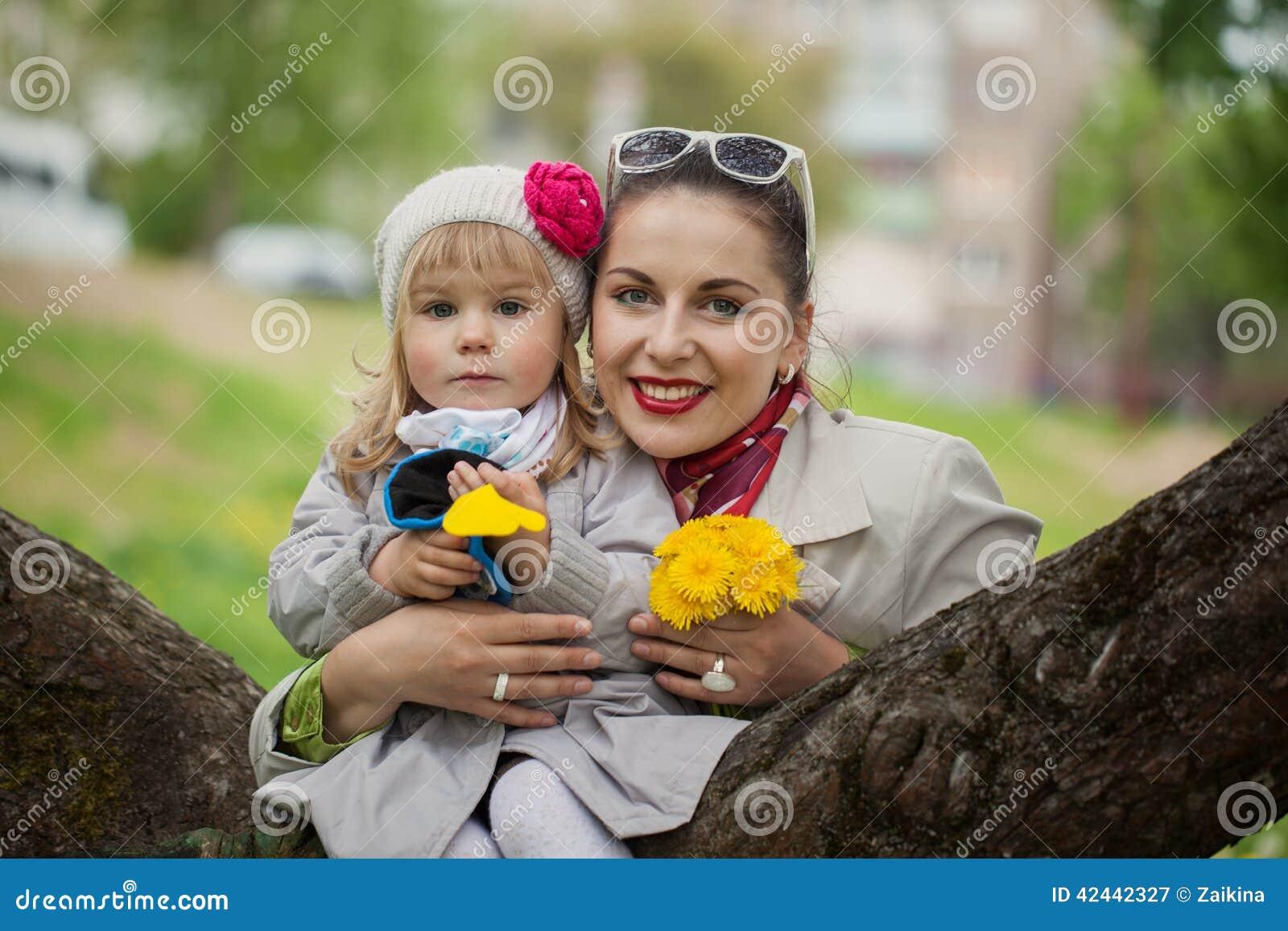 Mamá e hija preciosas del retrato en día caliente