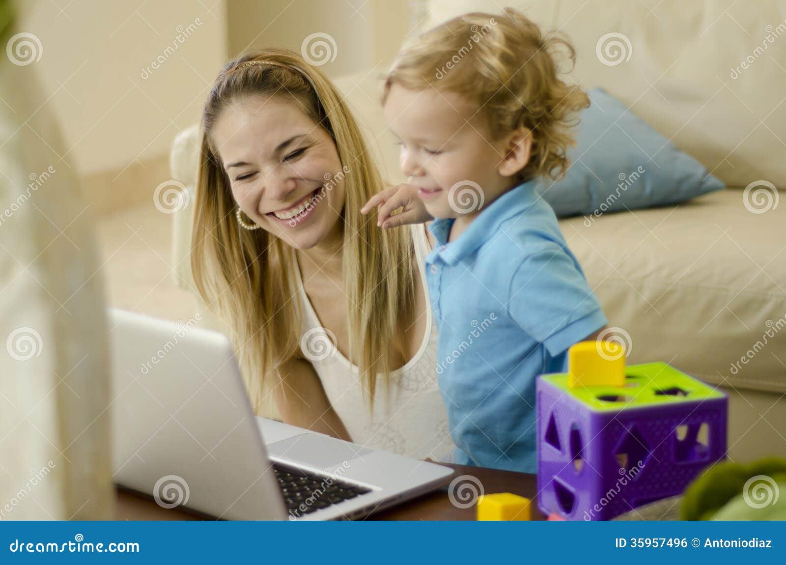 Mamá e hijo que se divierten